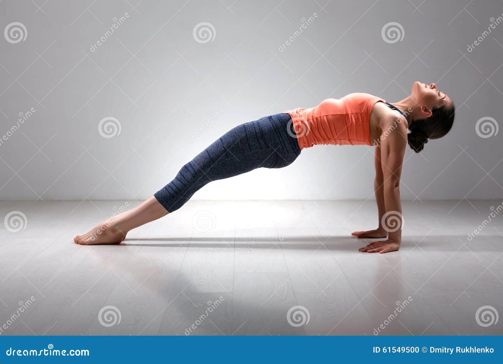 La donna sportiva di yogini di misura pratica Ashtanga Vinyasa