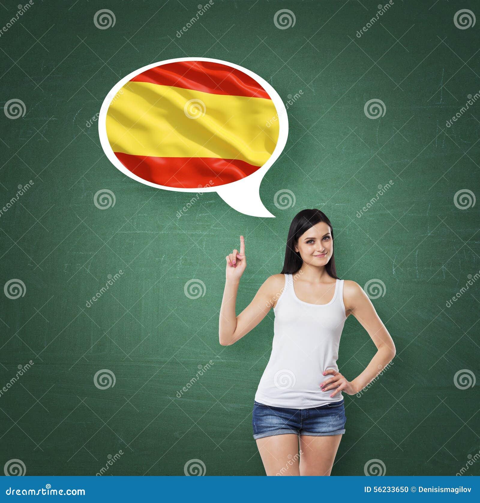 La donna sta precisando la bolla di pensiero con la bandiera dello Spagnolo Fondo verde del bordo di gesso