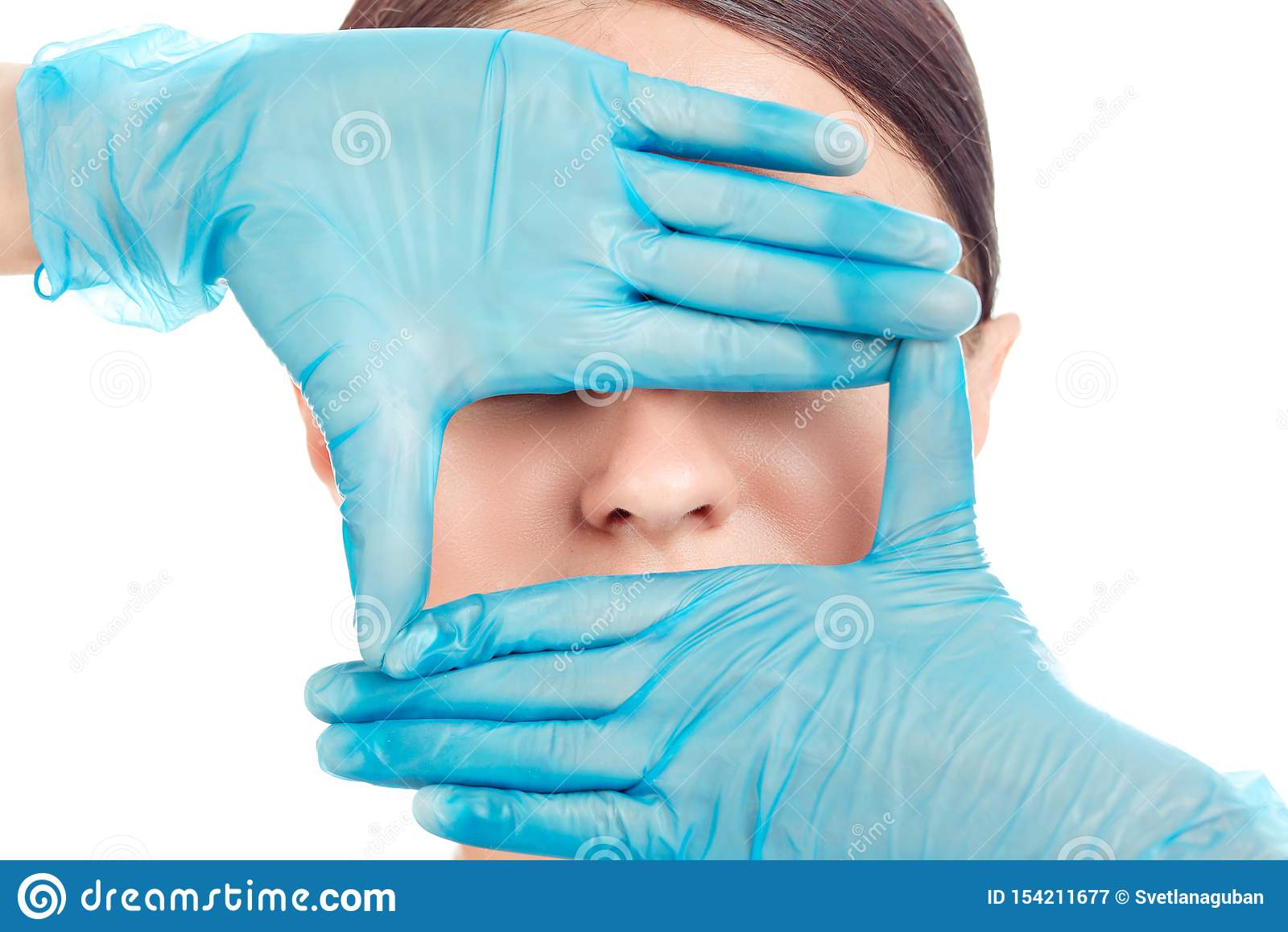 La donna sta preparando per la chirurgia del naso, fondo bianco