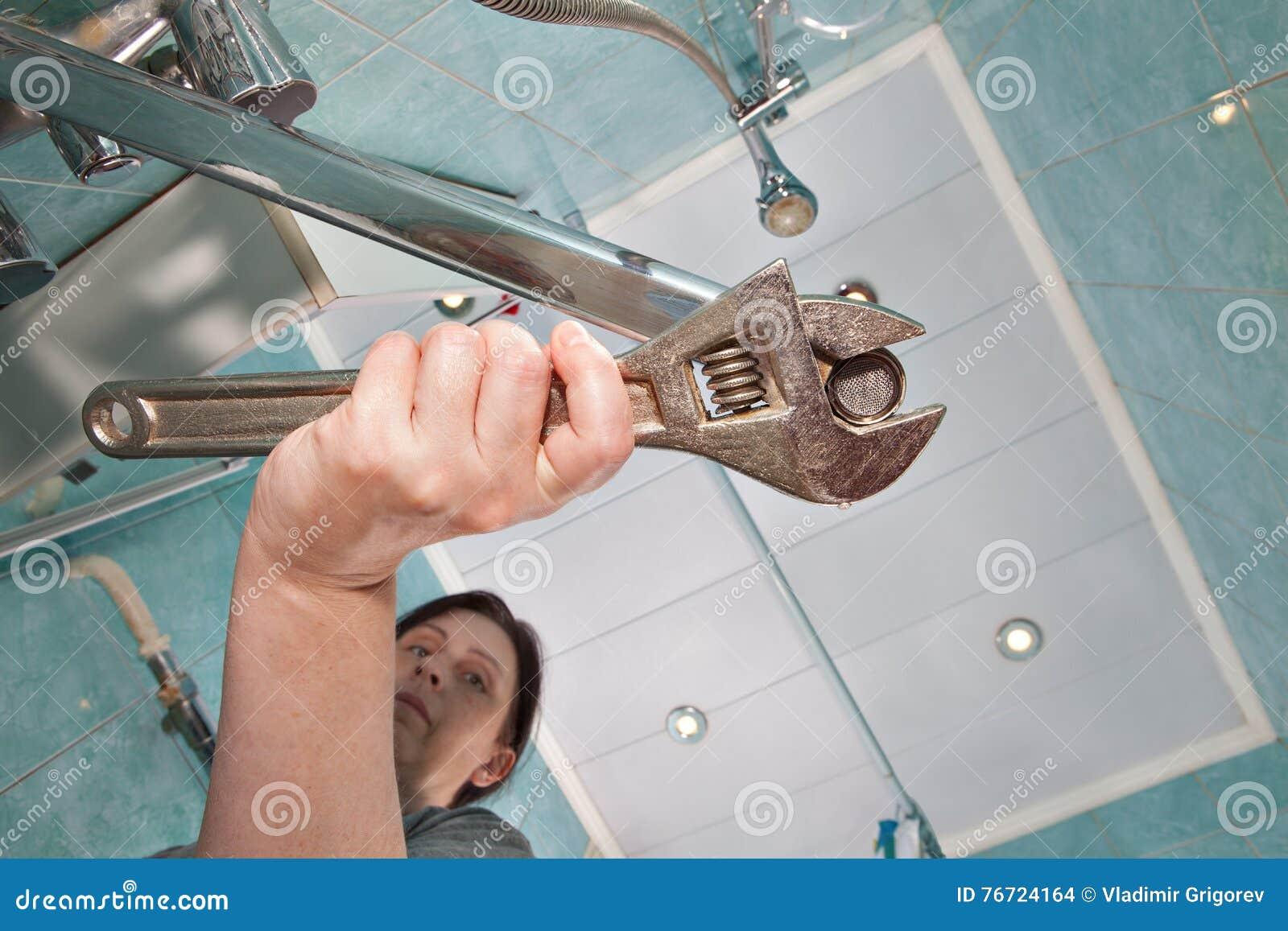 Rubinetto Del Bagno In Inglese : La donna stringe il rubinetto dellaeratore del dado facendo uso
