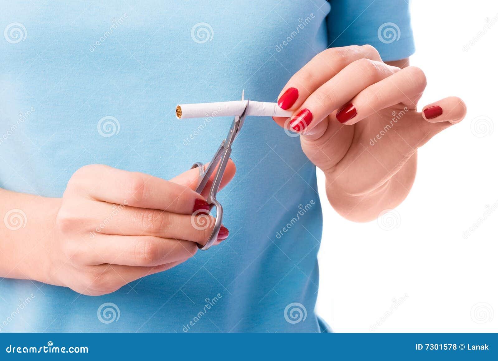 La donna taglia una sigaretta con le forbici
