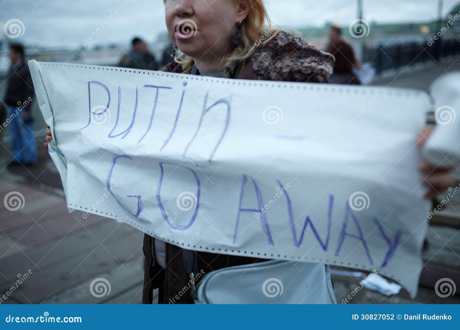 La donna tiene un cartello Putin va via.