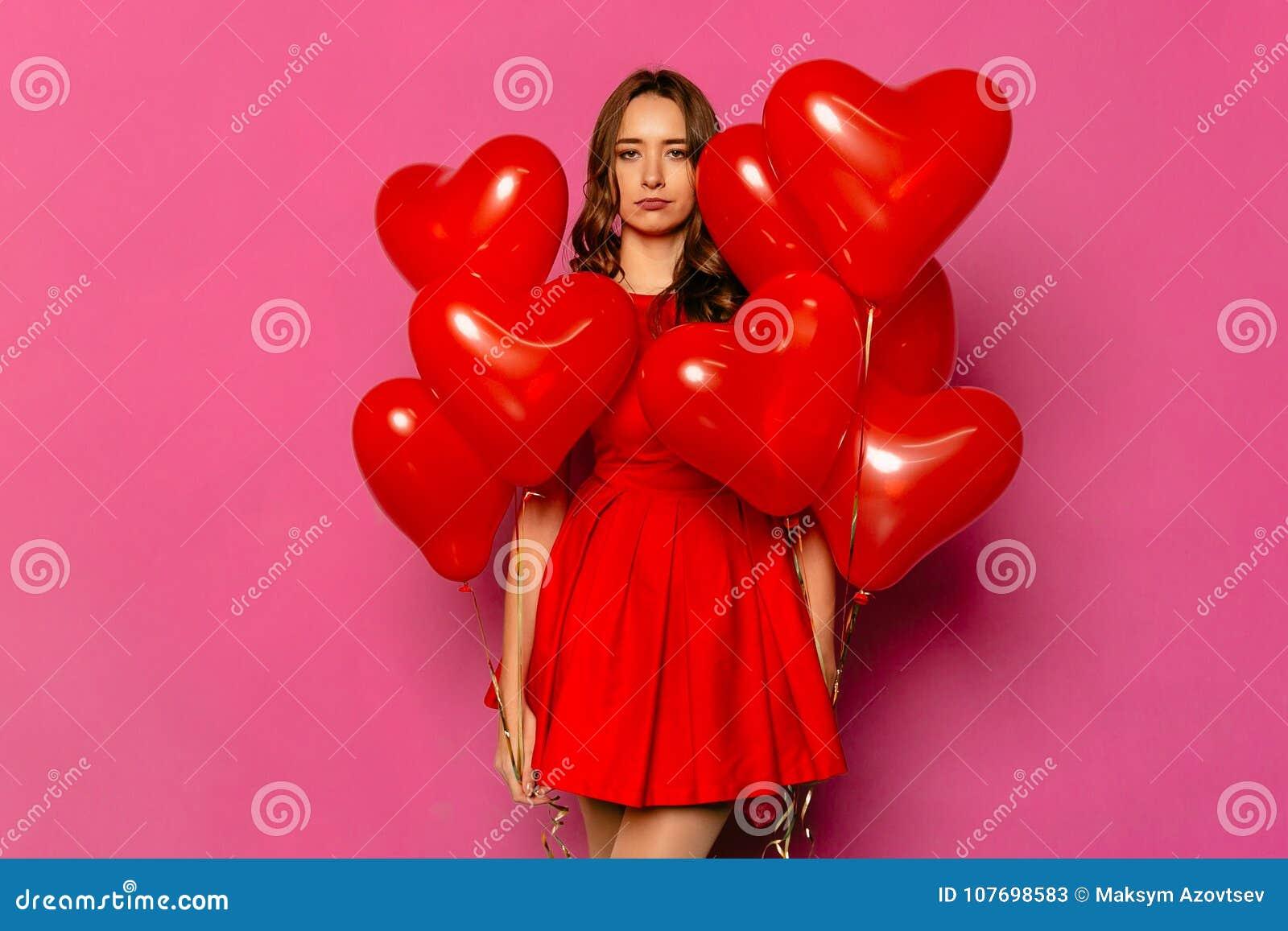 La donna turbata con cuore ha modellato gli aerostati il giorno del ` s del biglietto di S. Valentino