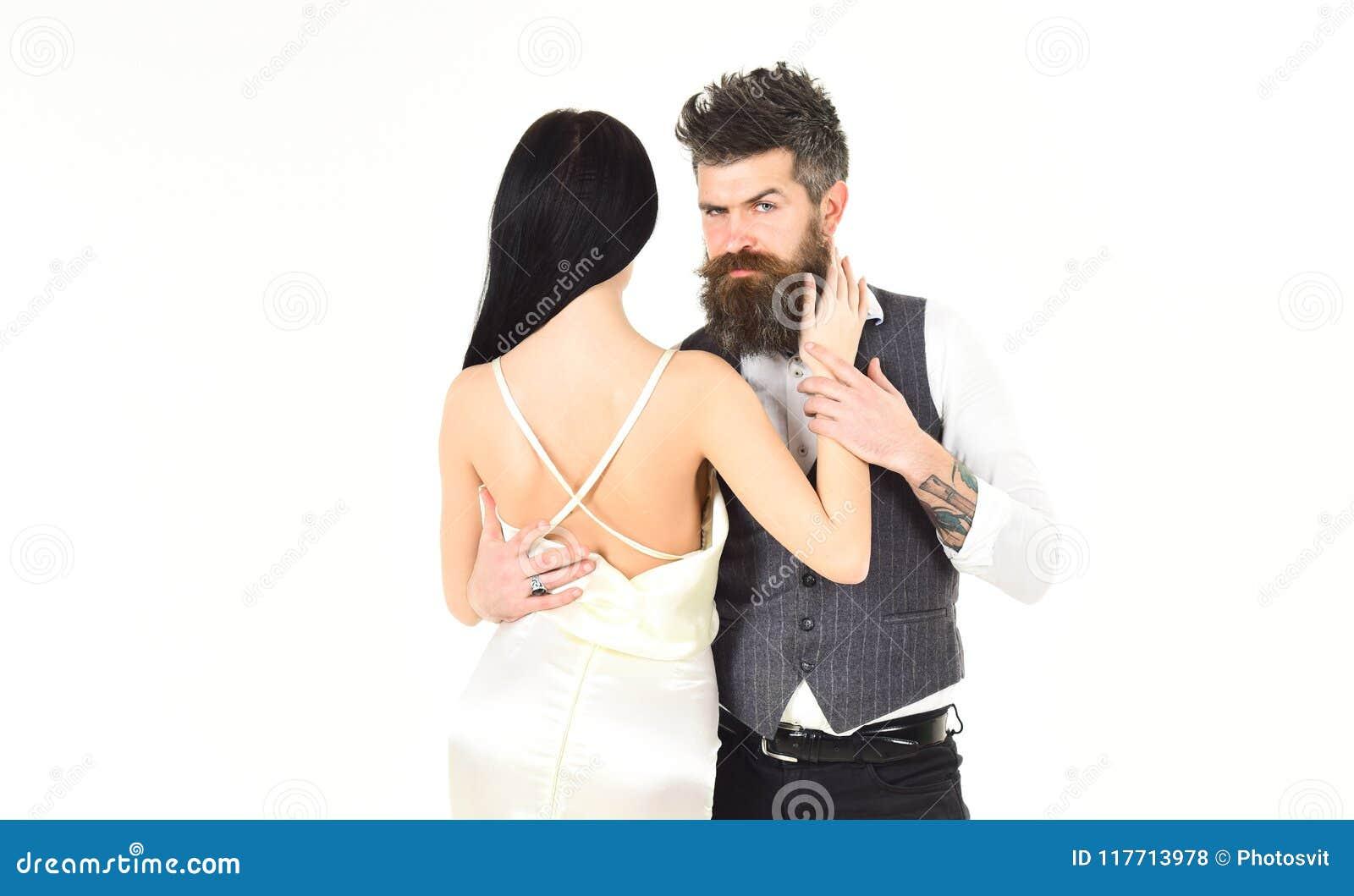 3bcdd58cf787 La donna in vestito da sposa con la parte posteriore e gli uomini di nudo  nei pantaloni a vita bassa della maglia con signora si è agghindata