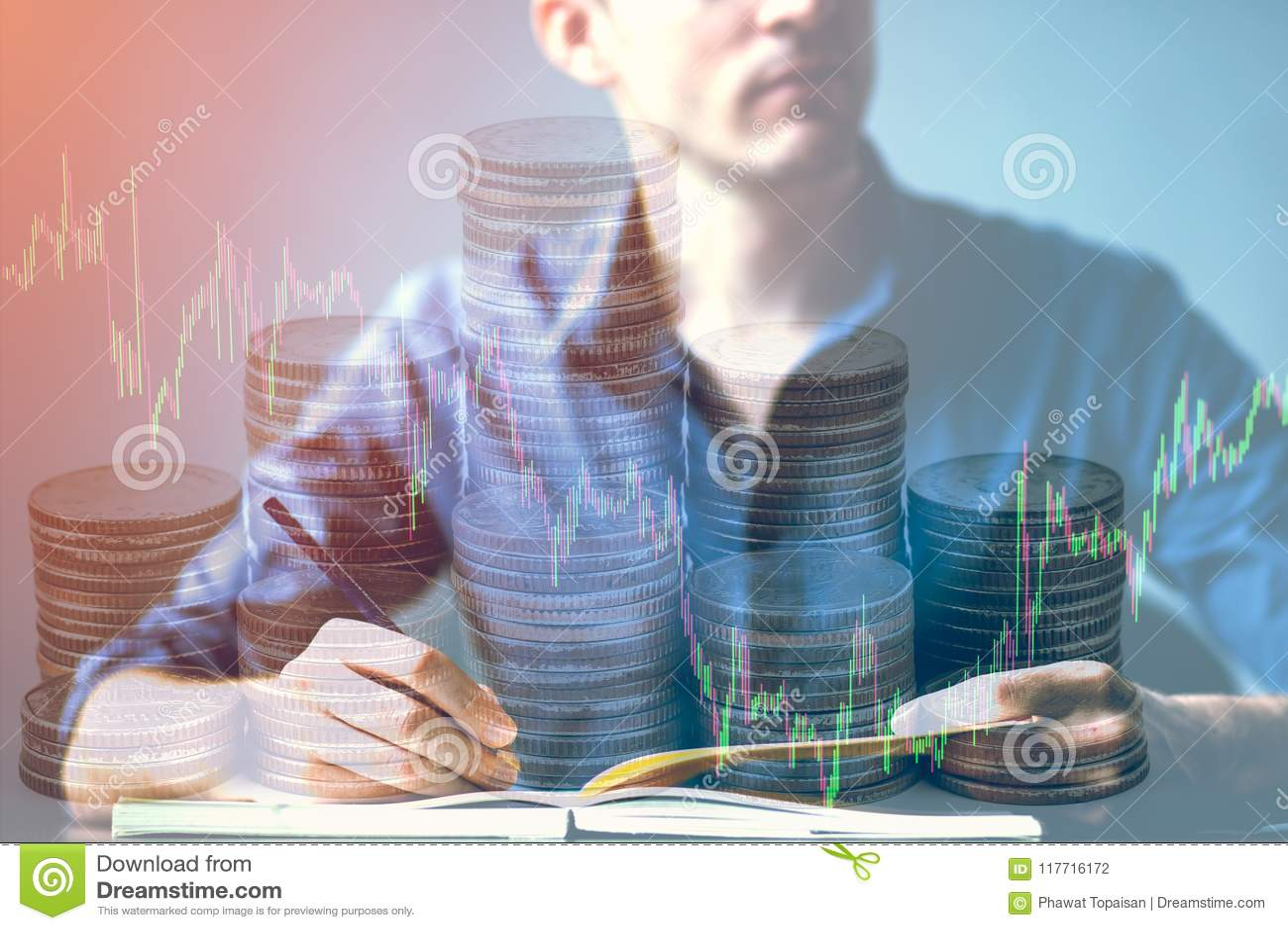 La double exposition de l homme d affaires se tordant sur le bureau et le marché boursier ou les forex représentent graphiquement