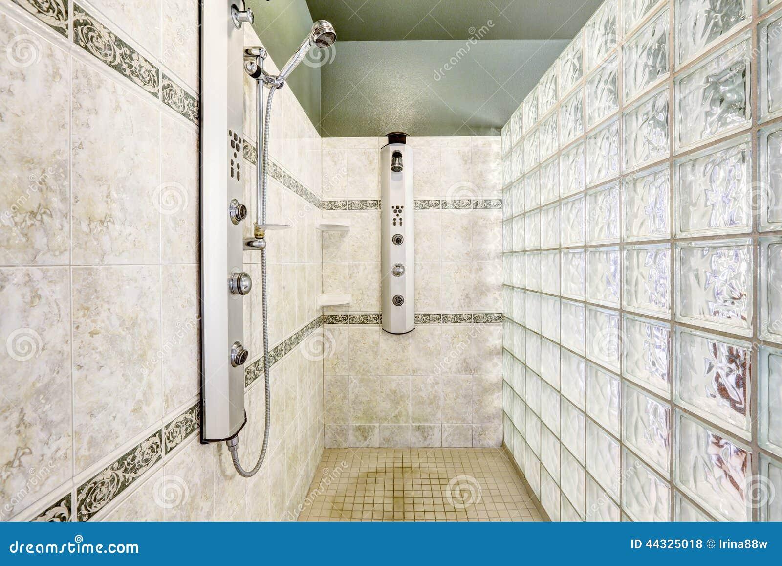 la douche avec le mur de bloc en verre et la tuile quilibrent photo stock image 44325018. Black Bedroom Furniture Sets. Home Design Ideas
