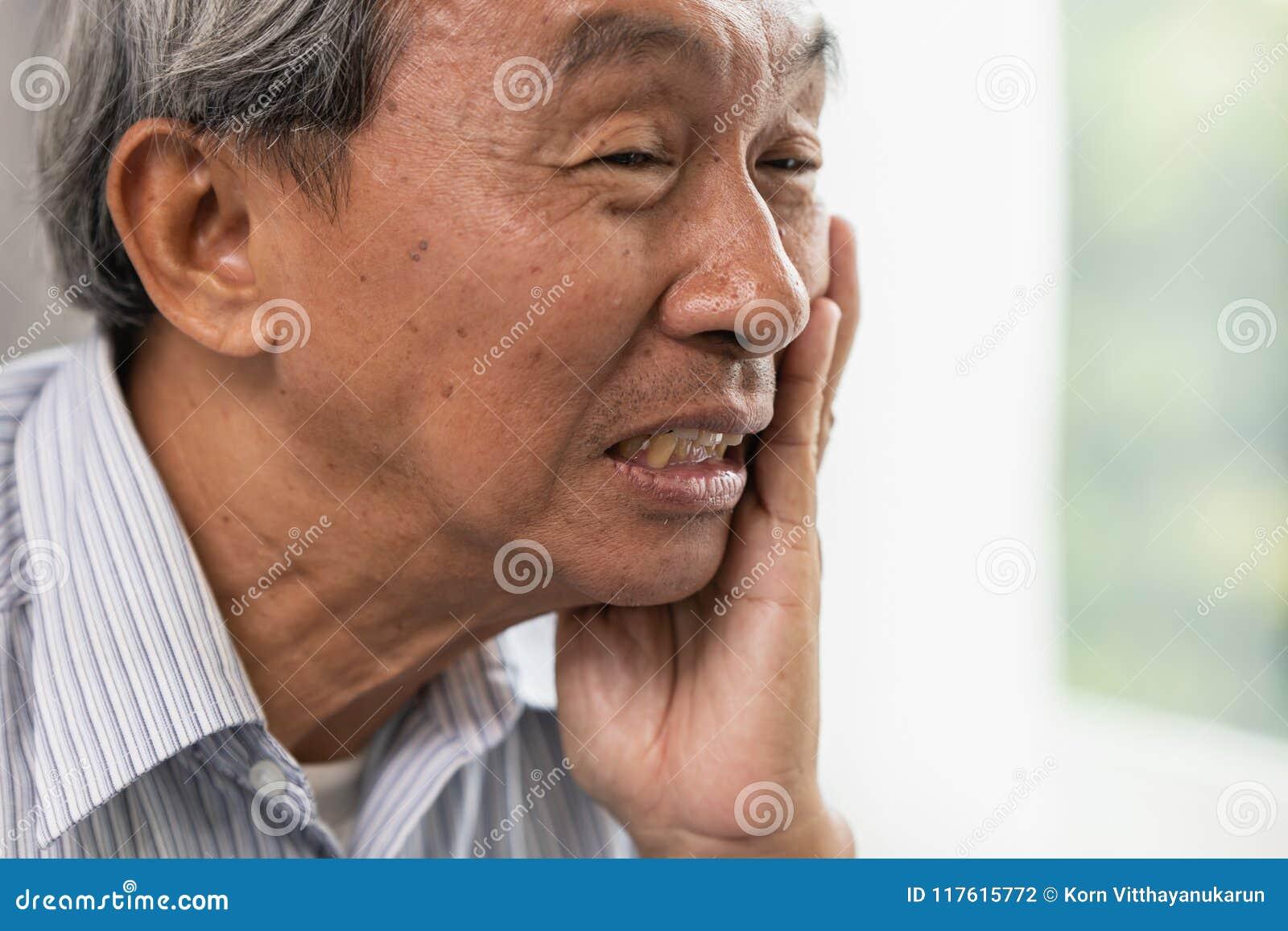 La douleur de mal de dents d aîné de vieil homme souffrent de la carie dentaire de dents de problème délabrée