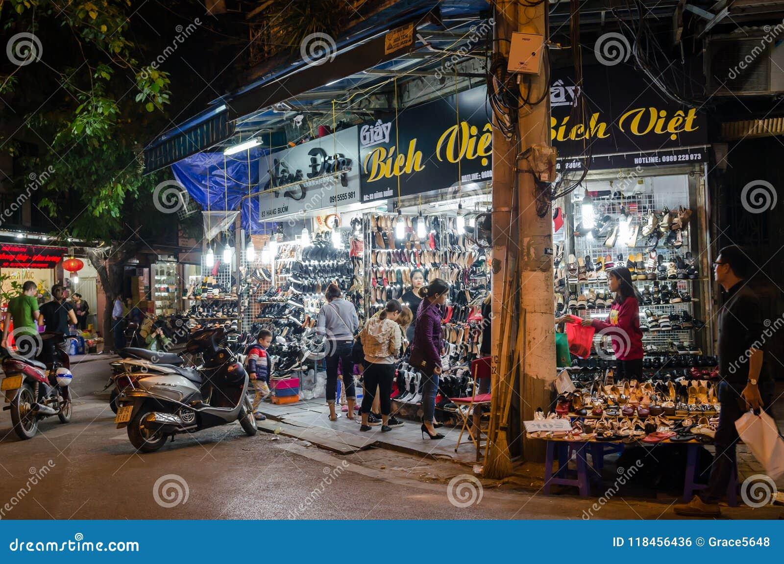 La durata di notte della vista della via nel vecchio quarto di Hanoi, la gente può l esplorazione veduta e comperare intorno