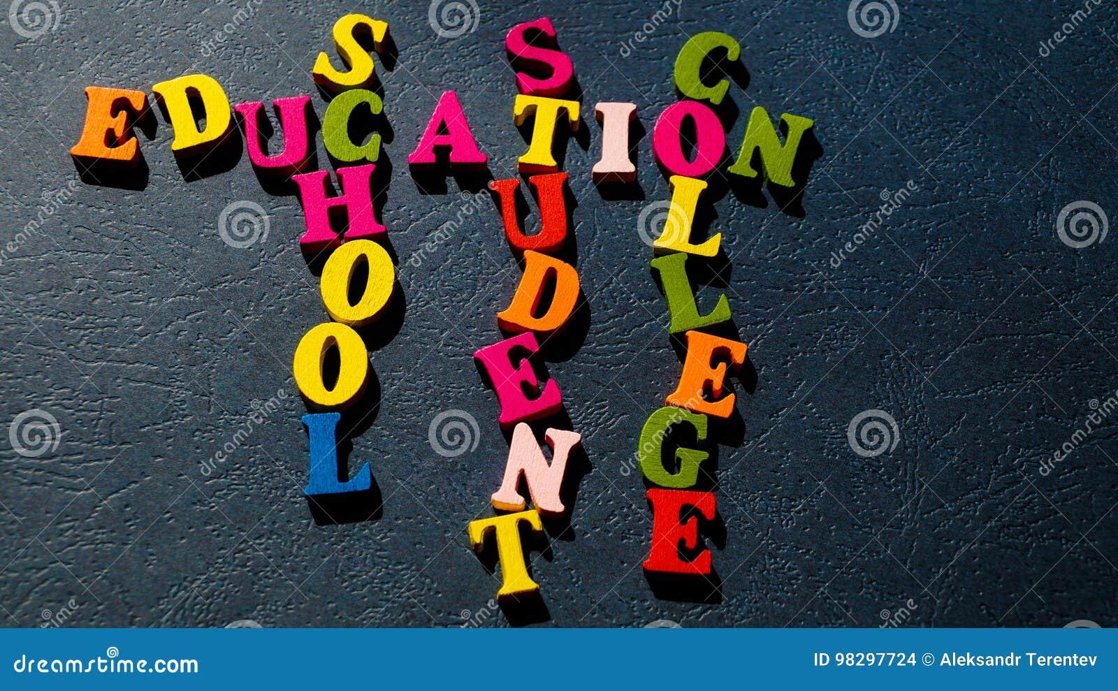 La educación de las palabras, escuela, estudiante, universidad construida de letras de madera coloridas en una tabla oscura