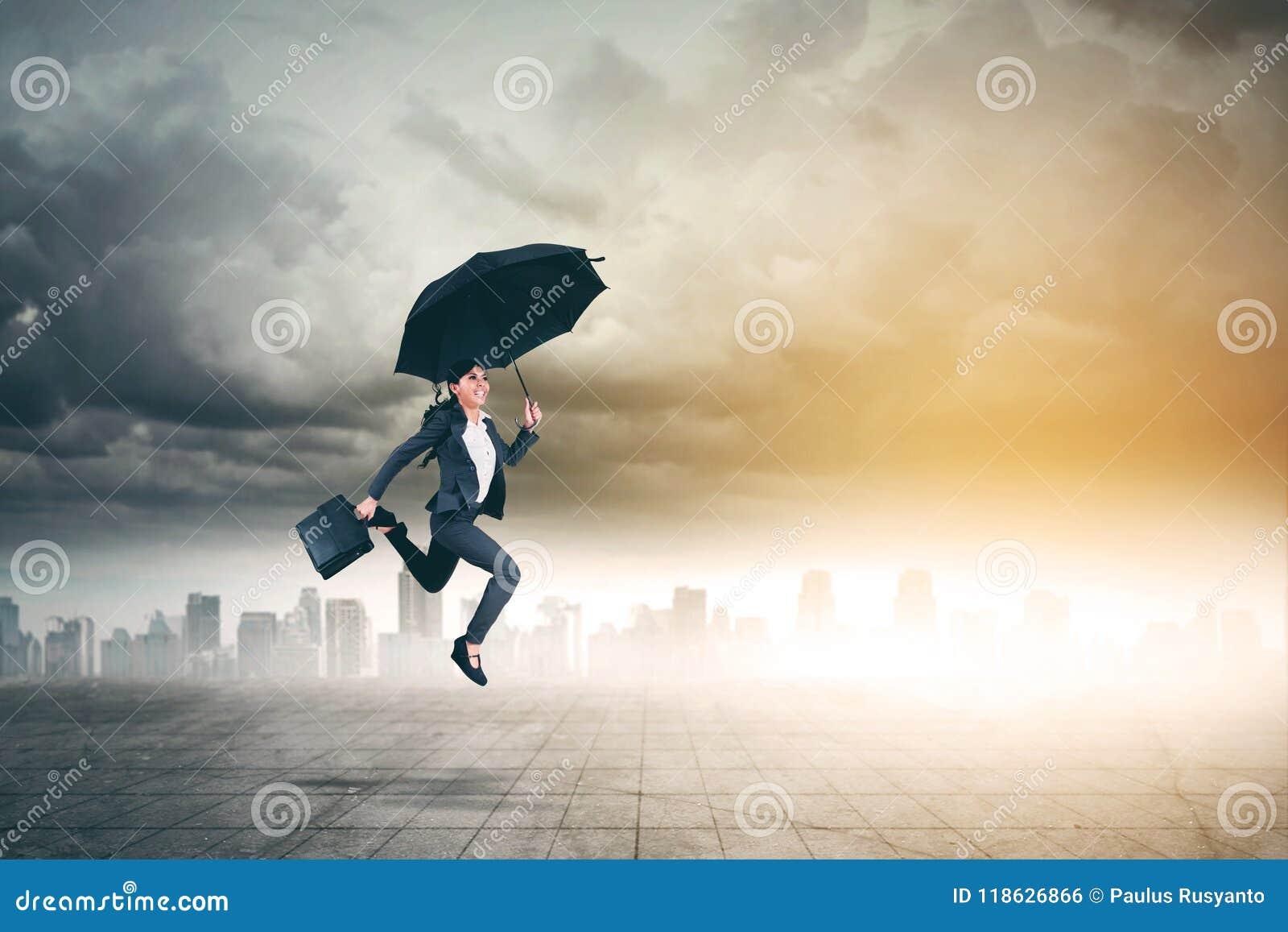 La empresaria asiática salta con el paraguas