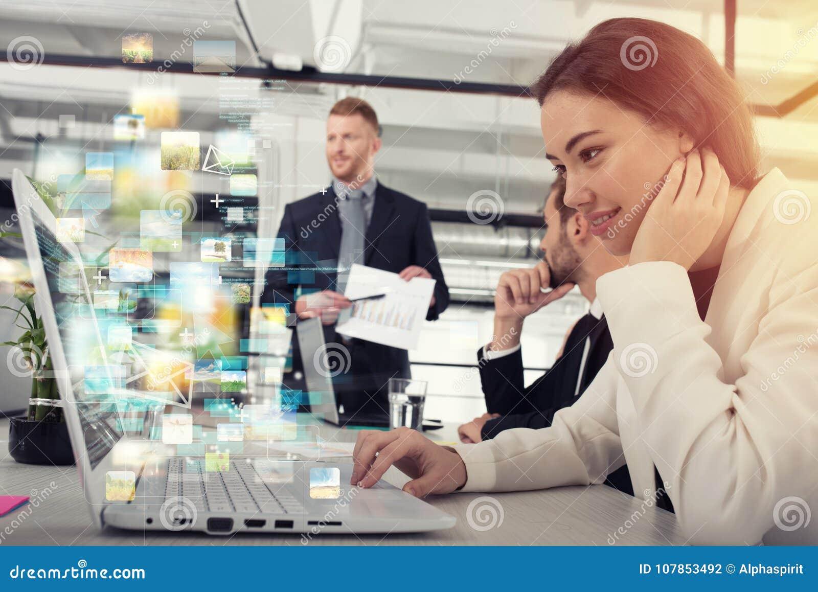La empresaria comparte el documento en línea con una conexión a internet rápida