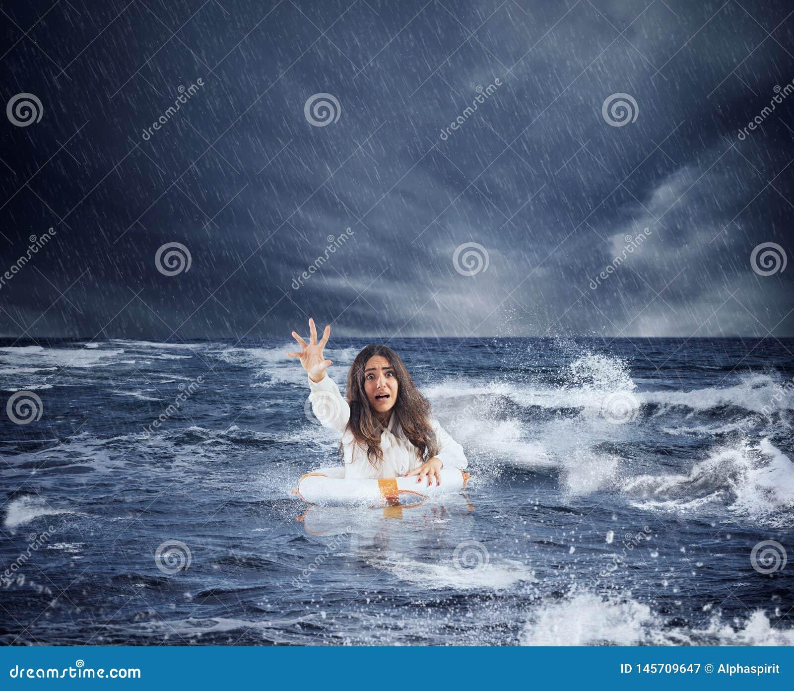 La empresaria en el oc?ano con el flotador pide ayuda durante una tormenta