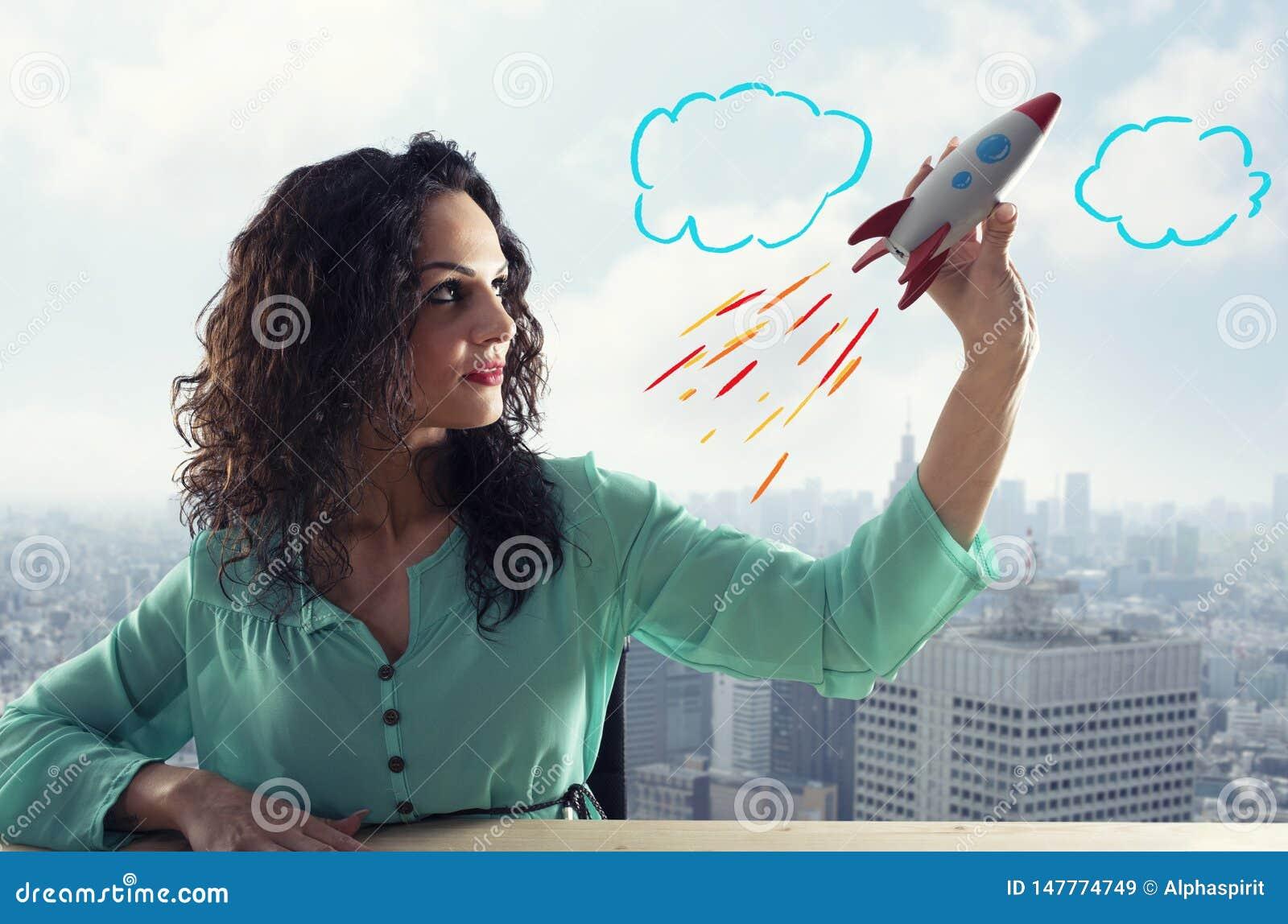 La empresaria pone en marcha a su compa??a con un cohete Concepto de inicio y de innovaci?n