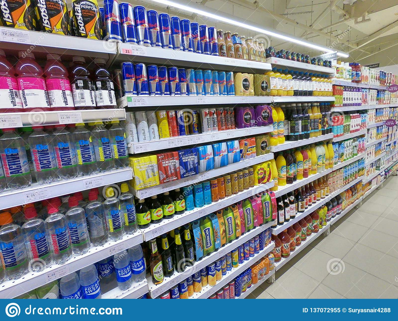 La energía bebe el pasillo en el supermercado, ultramarinos