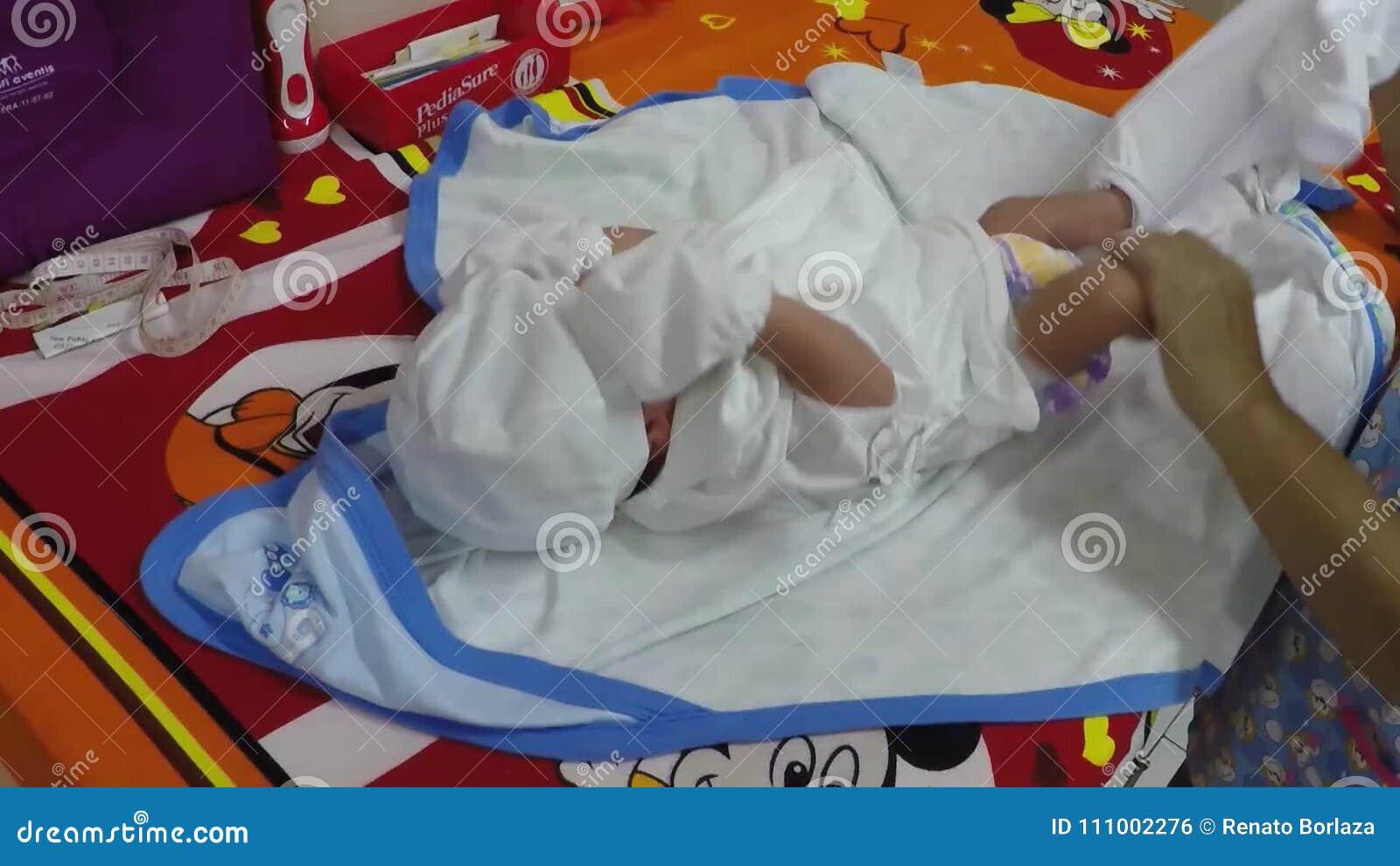 La Enfermera Desnuda Al Bebé En El Chequeo De La Clínica Nacimiento Hospital