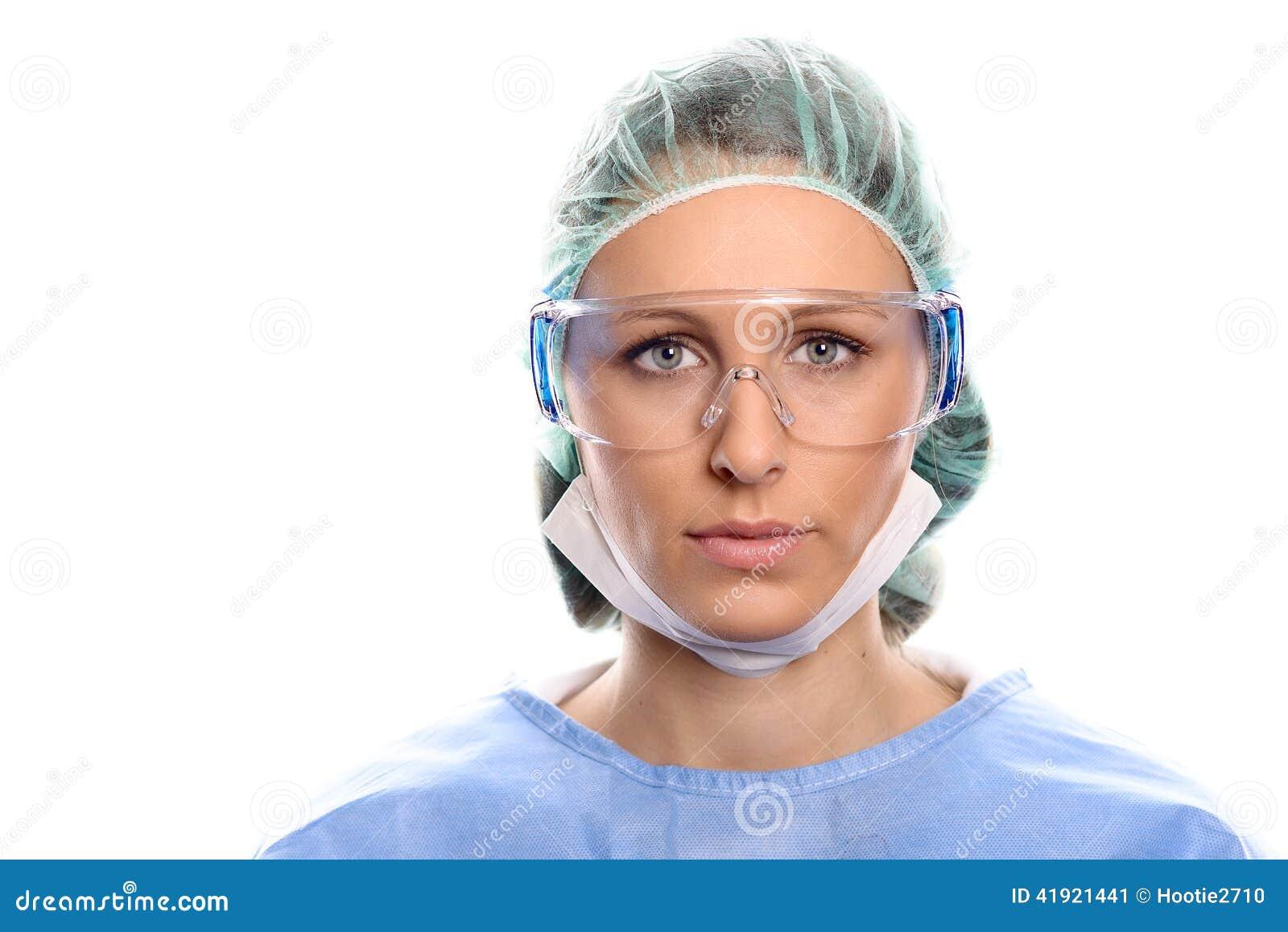 La enfermera o el doctor de los jóvenes en quirúrgico friega
