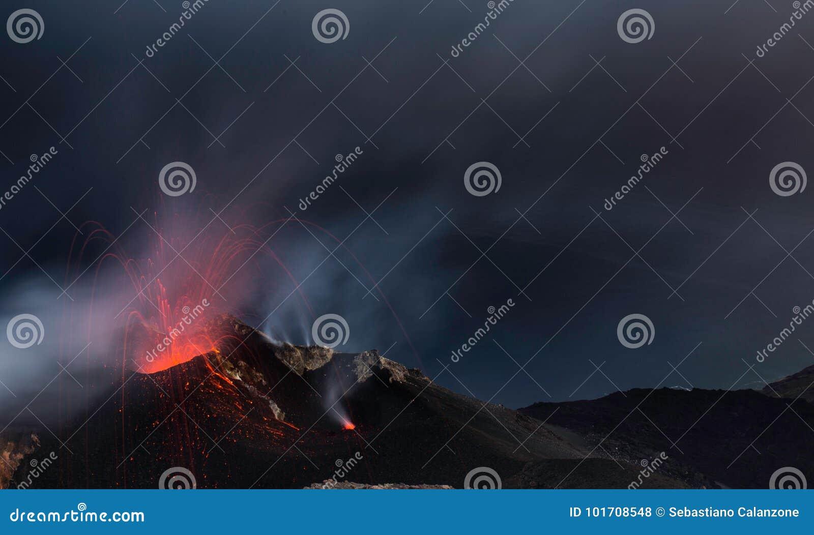 La erupción de Strombolian del volcán de Stromboli con lava arrastra la explosión