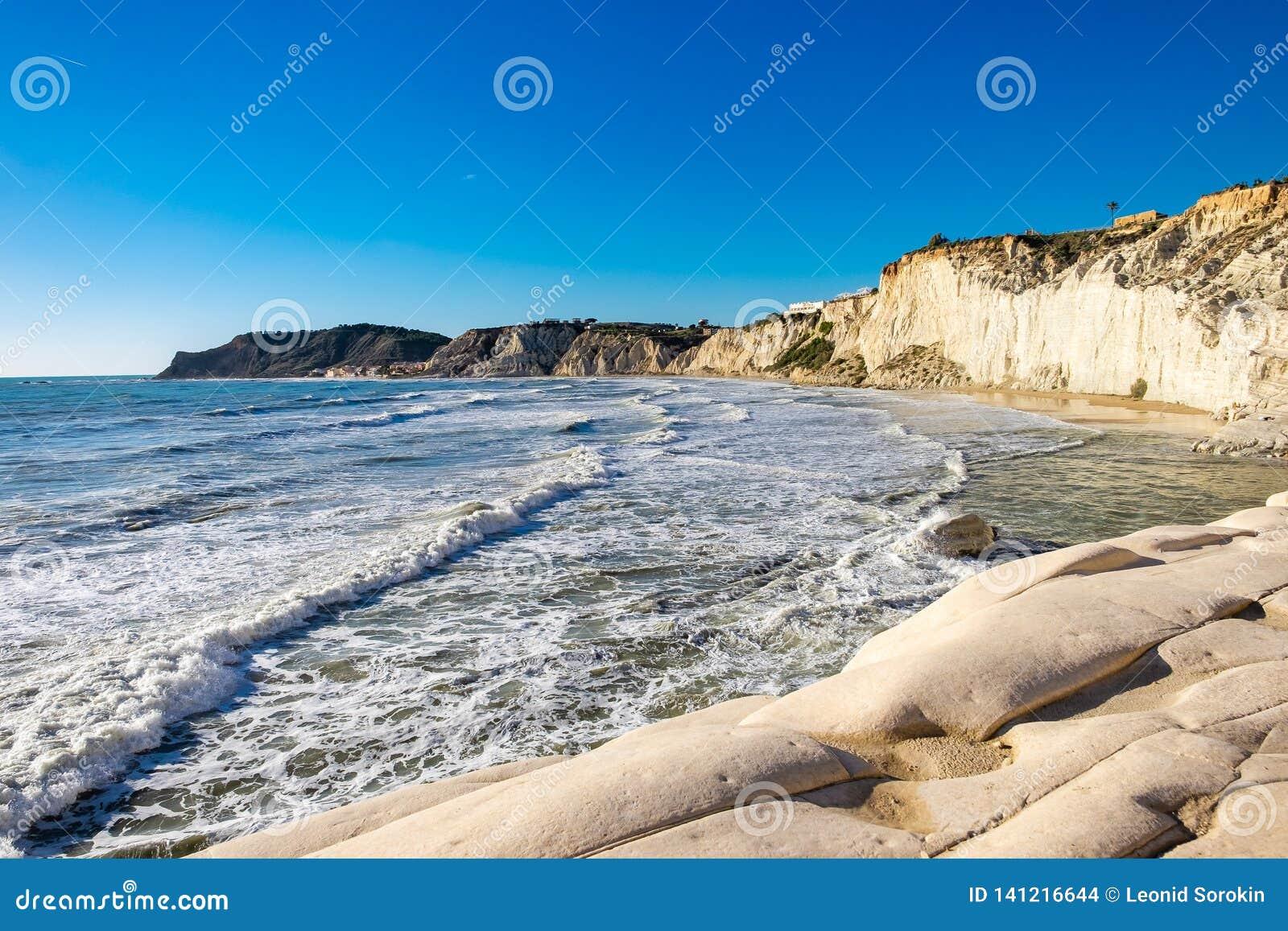 La escalera blanca rocosa de los turcos, Sicilia de los acantilados