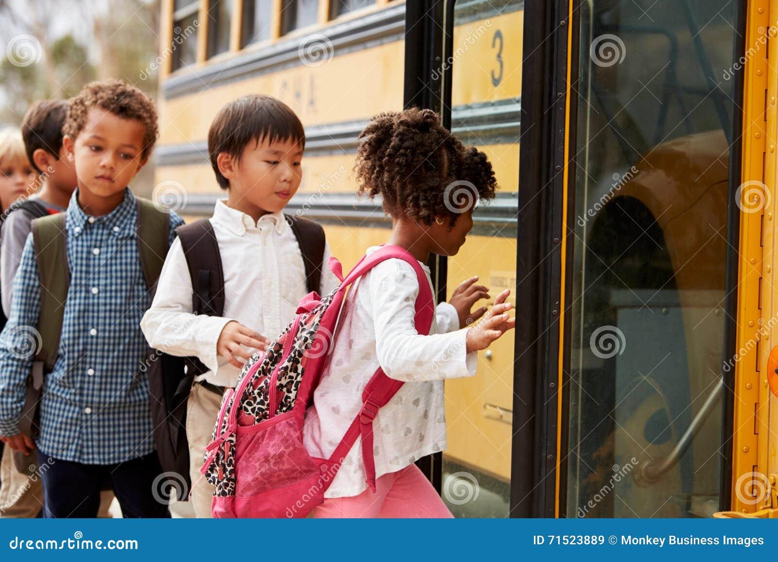 La escuela primaria embroma subir encendido a un autobús escolar