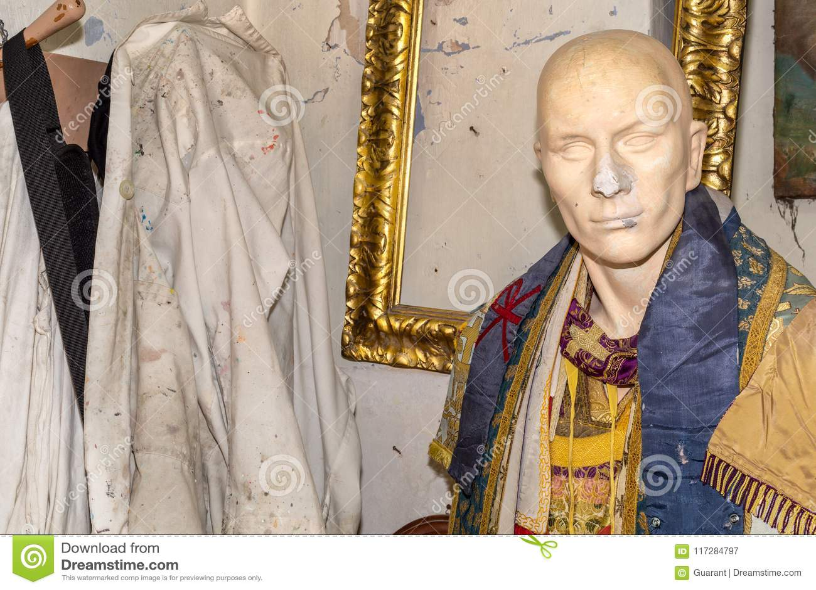 La escultura con los vestidos se cierra para arriba, en el estudio del artista