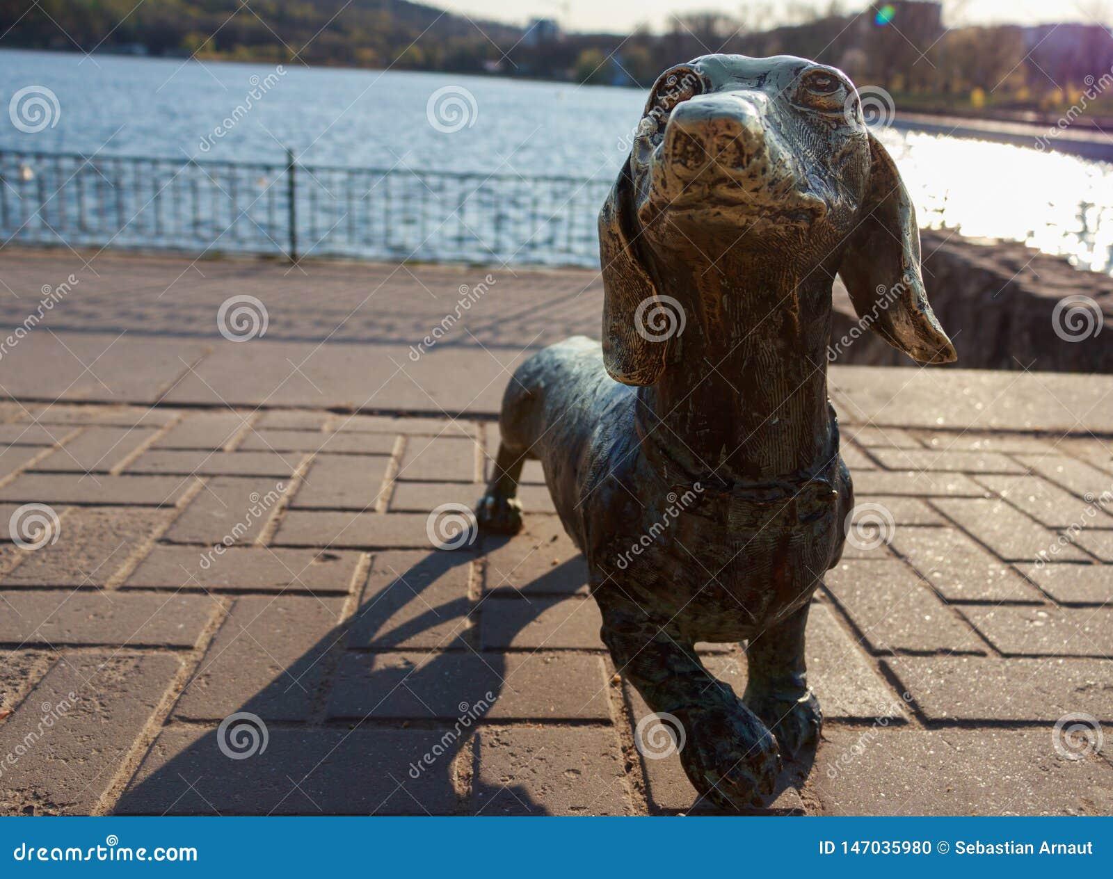 La escultura del metal del perro