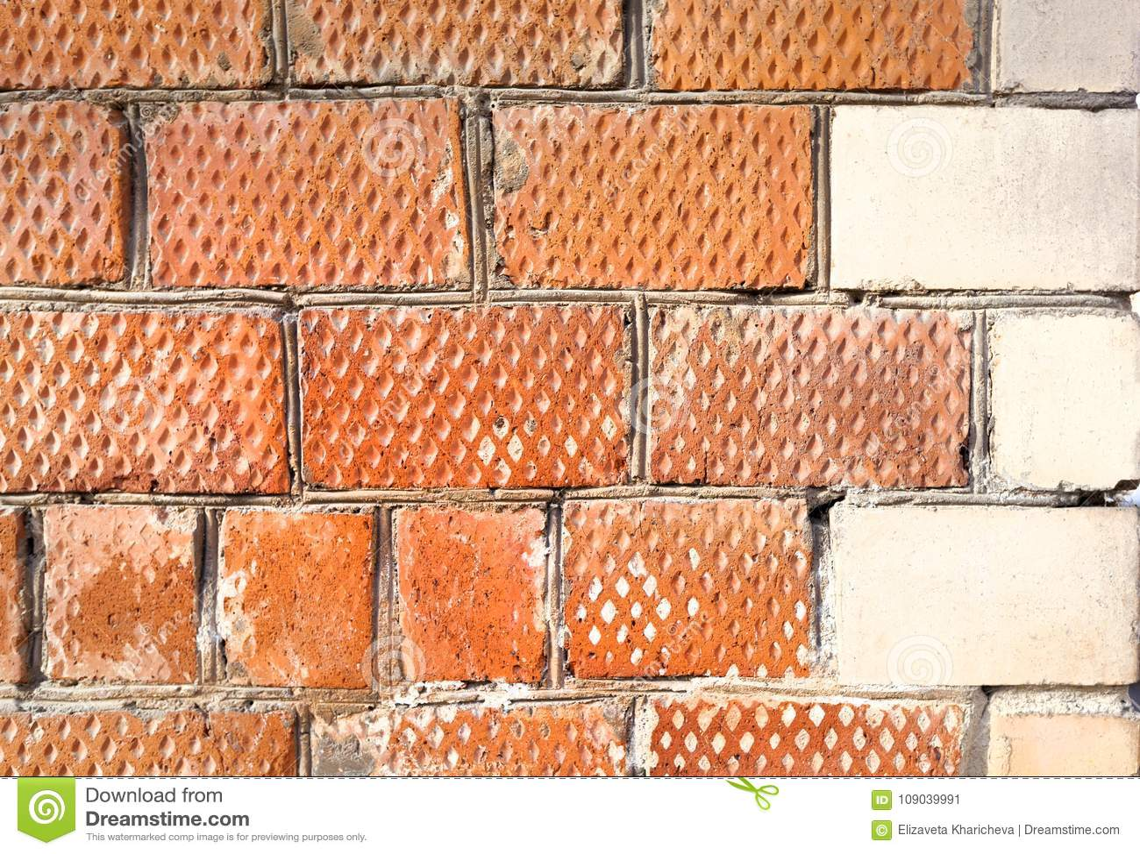 La esquina de la casa se hace de ladrillos con un elemento de la esquina decorativo