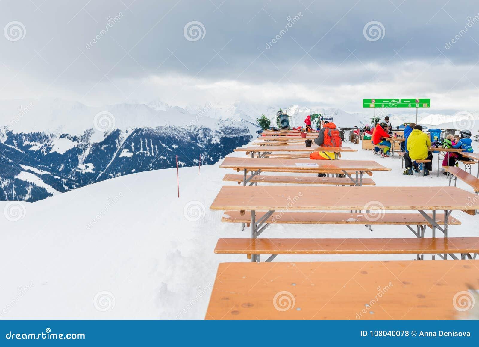 La estación de esquí en las montañas suizas acerca a Restaurant Le Dahu