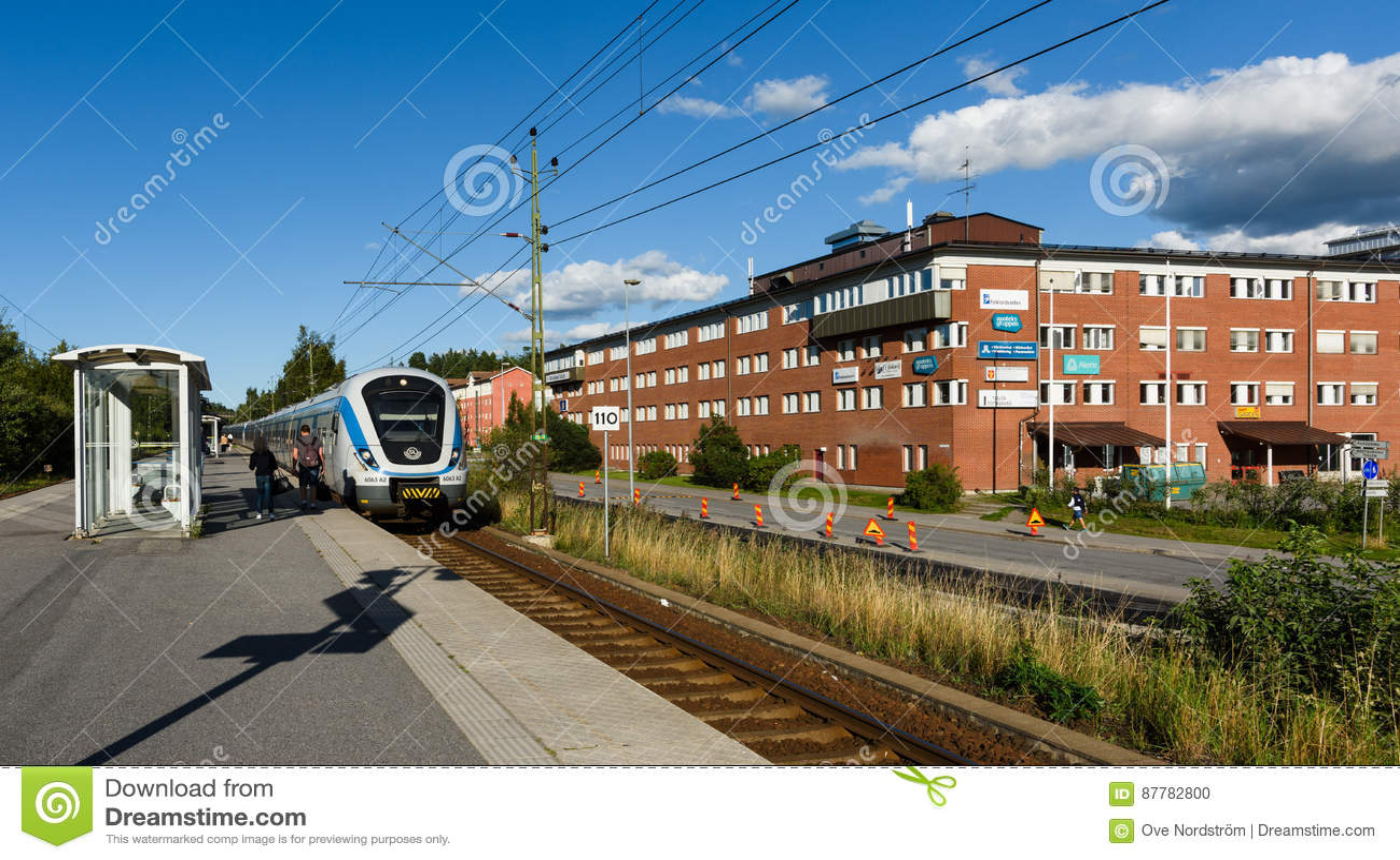La estación de tren de Tullinge, tren local llega a la estación