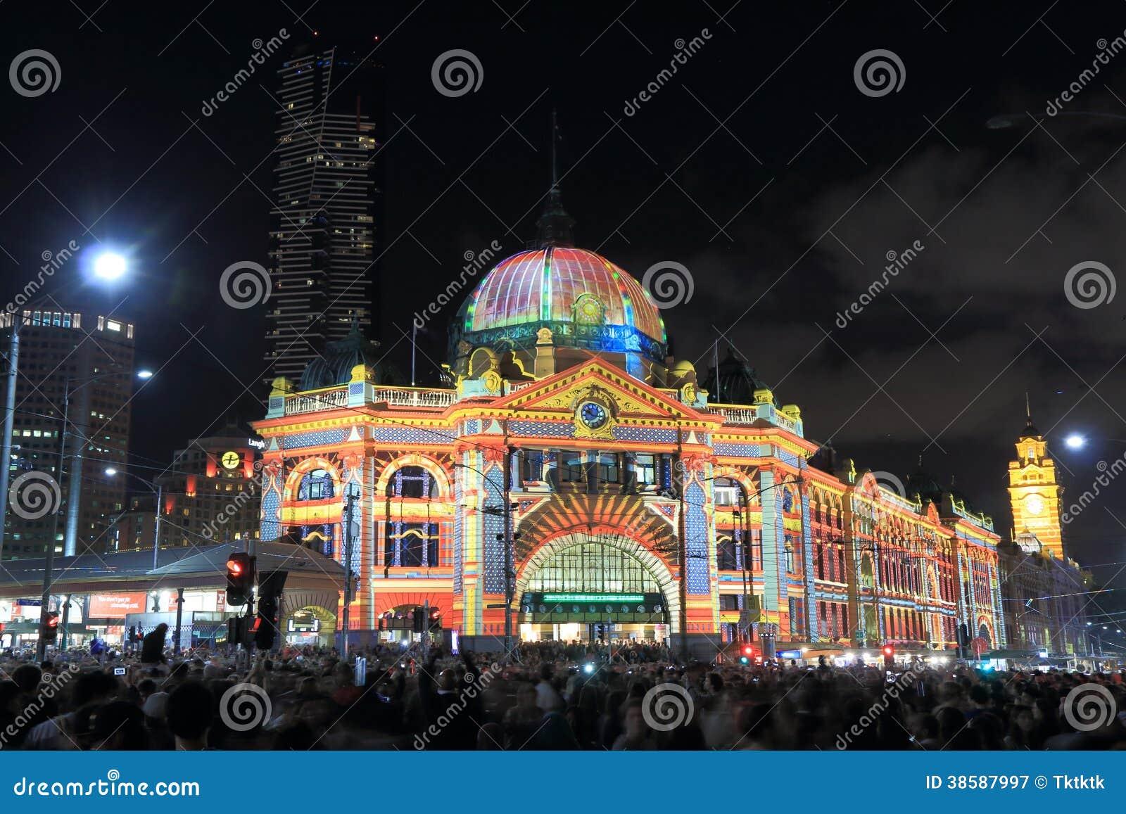 La estación del Flinders enciende para arriba Melbourne