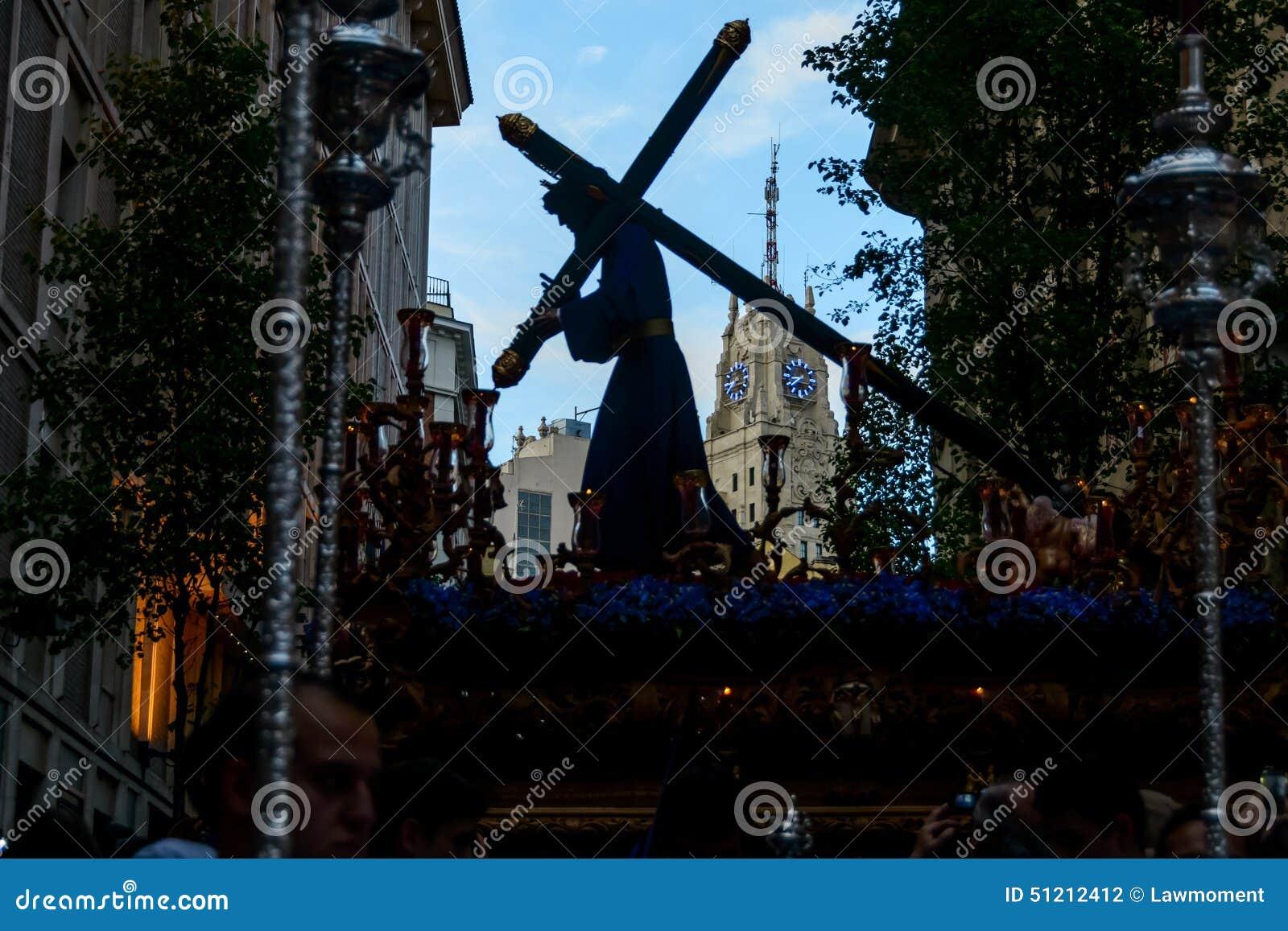 La estatua de Cristo que sale de la iglesia