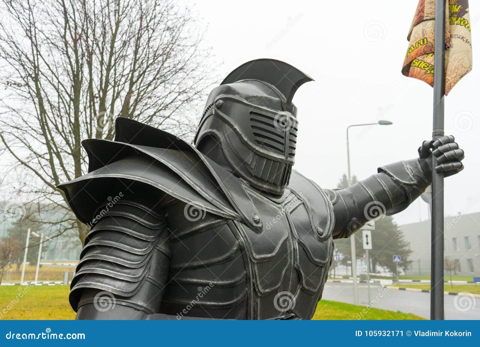 La estatua del caballero La figura de un hombre en armadura del metal