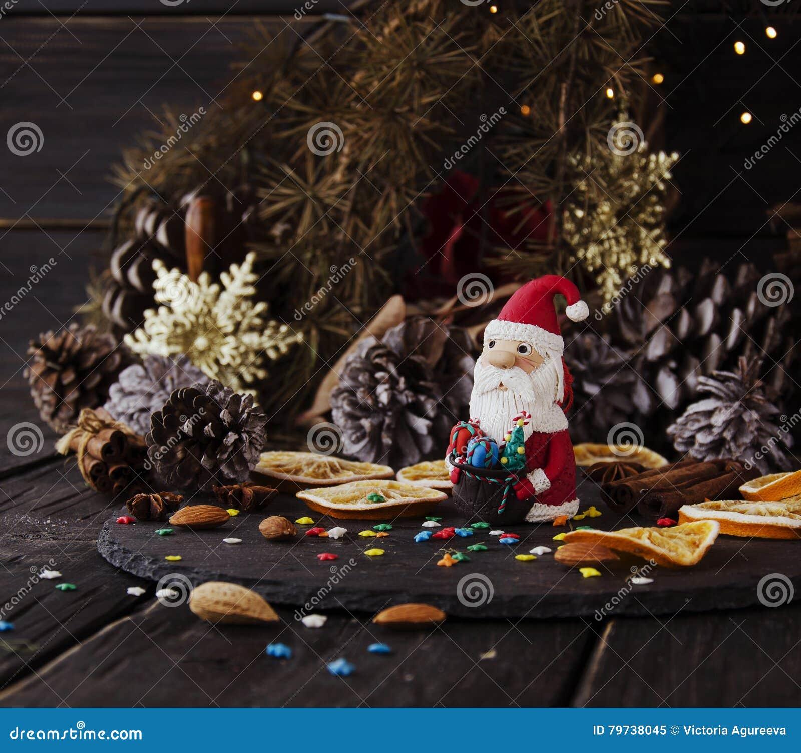 La estatuilla Santa Claus Christmas EL FONDO ramifica, foco selectivo
