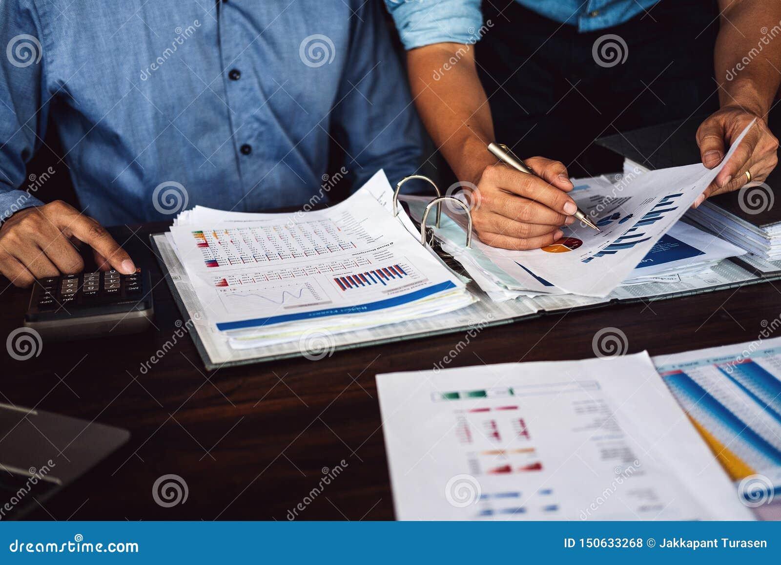 La estrategia de planificación de dos hombres de negocios en el escritorio con papeleo, equipo del estratega analiza datos o la i