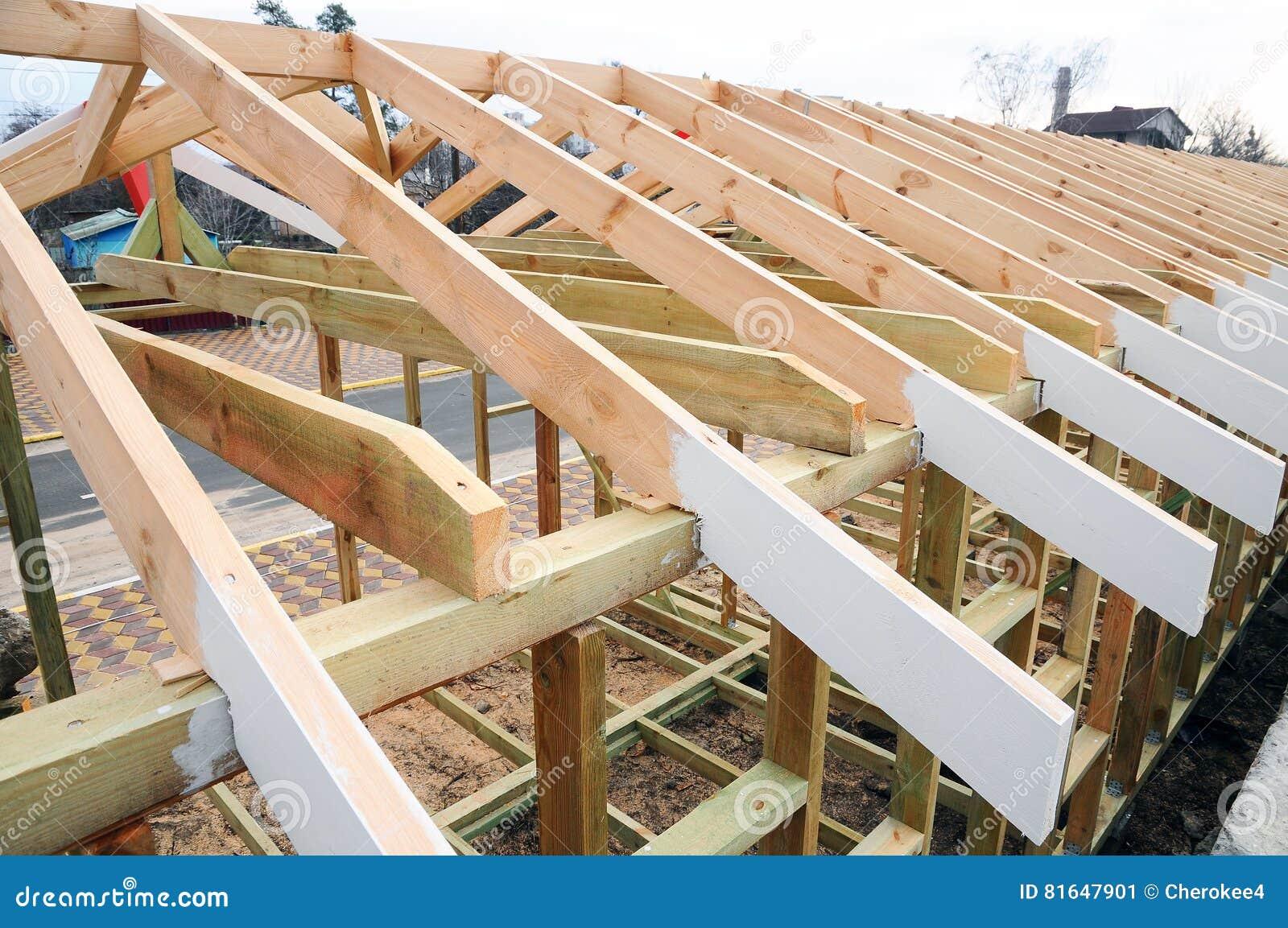 La estructura de madera del edificio construcci n de la - Estructura tejado madera ...