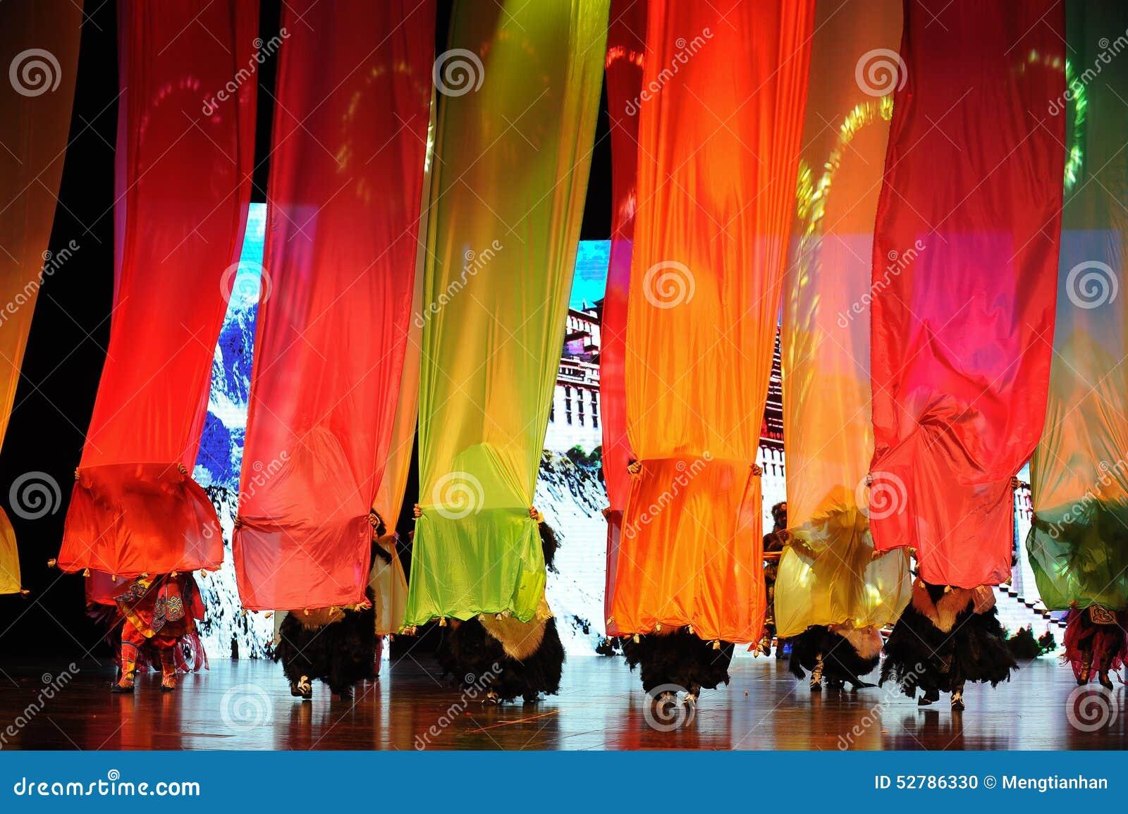 La estructura de seda coloreada un  puente-grande del show†de los escenarios de la escala el  del legend†del camino