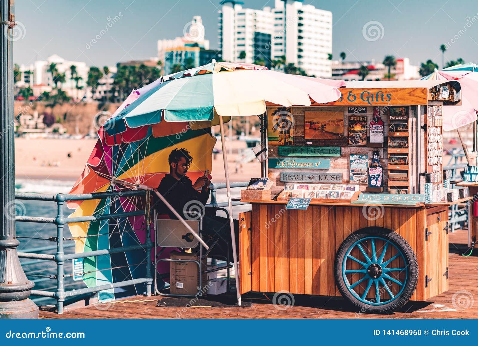 LA, EUA - 30 de outubro de 2018: Um quiosque em Santa Monica Pier