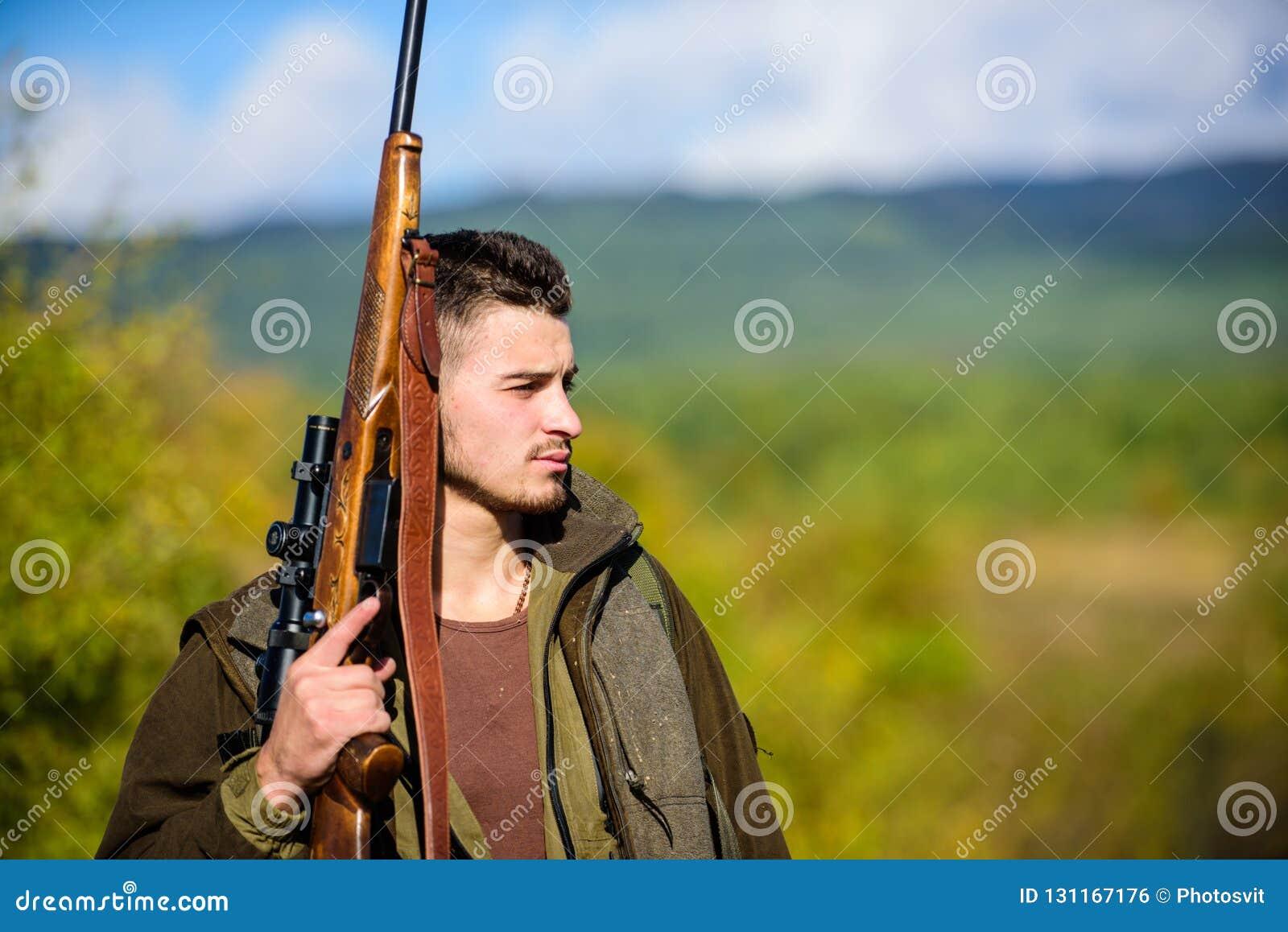La experiencia y la práctica presta la caza del éxito Ambiente de la naturaleza de la caza del individuo Actividad masculina de l