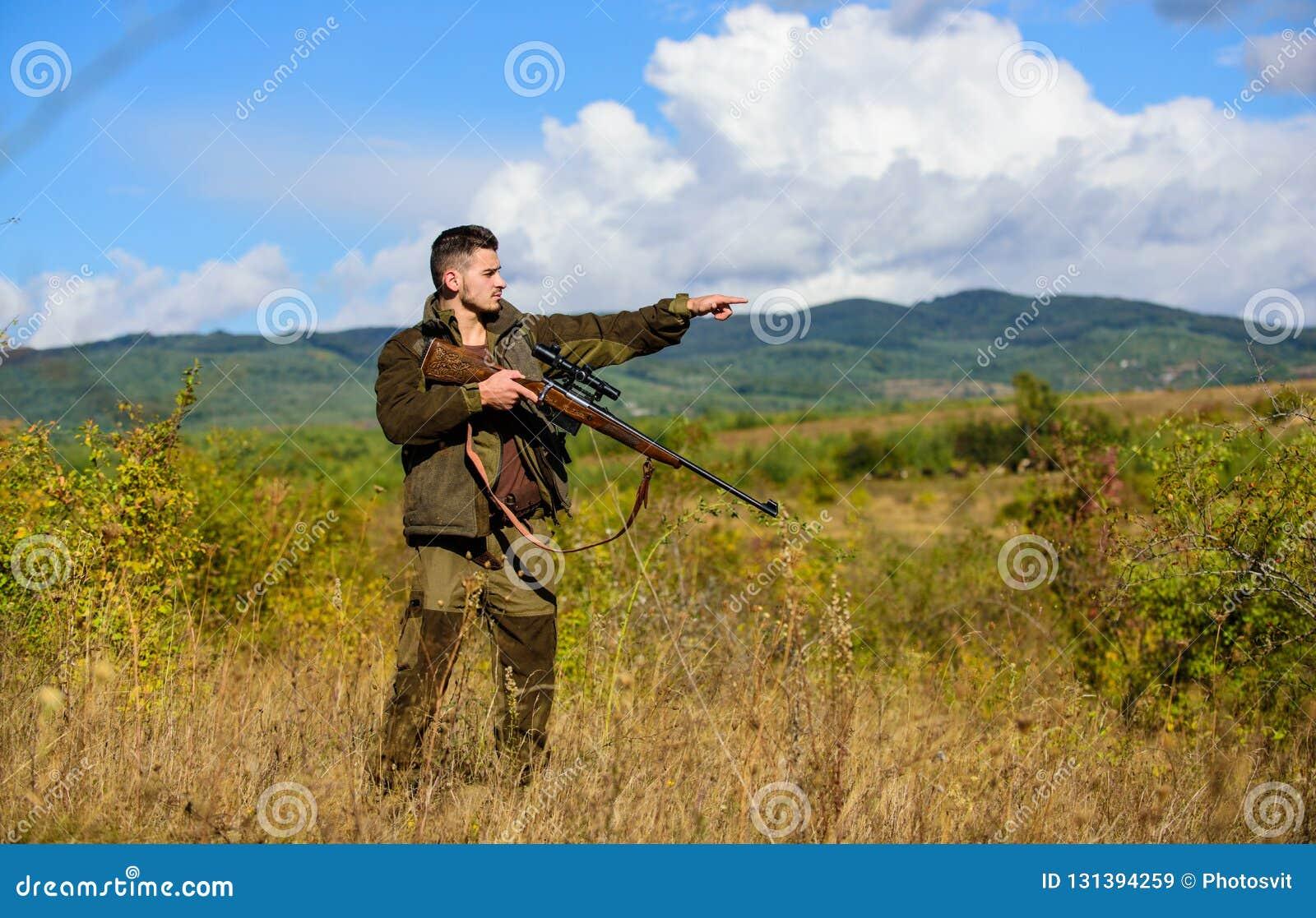 La experiencia y la práctica presta la caza del éxito Ambiente de la naturaleza de la caza del individuo Arma o rifle del arma de