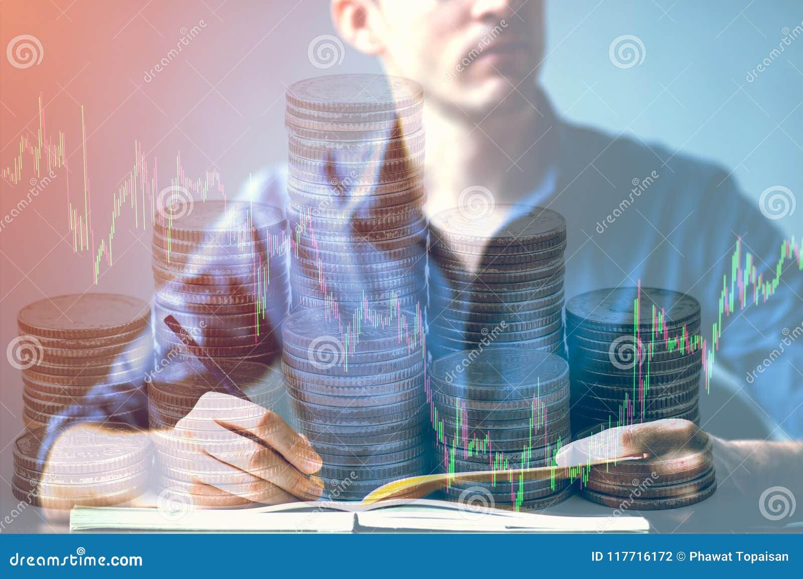 La exposición doble del hombre de negocios que se retuerce en el escritorio y mercado de acción o las divisas representa y apila