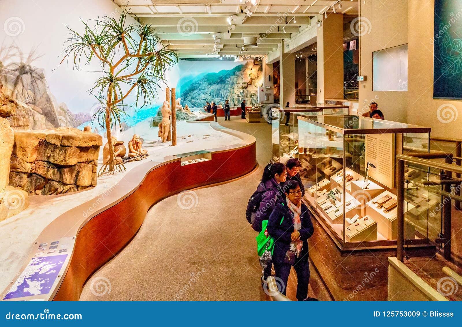 La exposición en Hong Kong Museum de la historia exhibe vida primitiva de la gente asiática salvaje nativa en el ambiente prístin