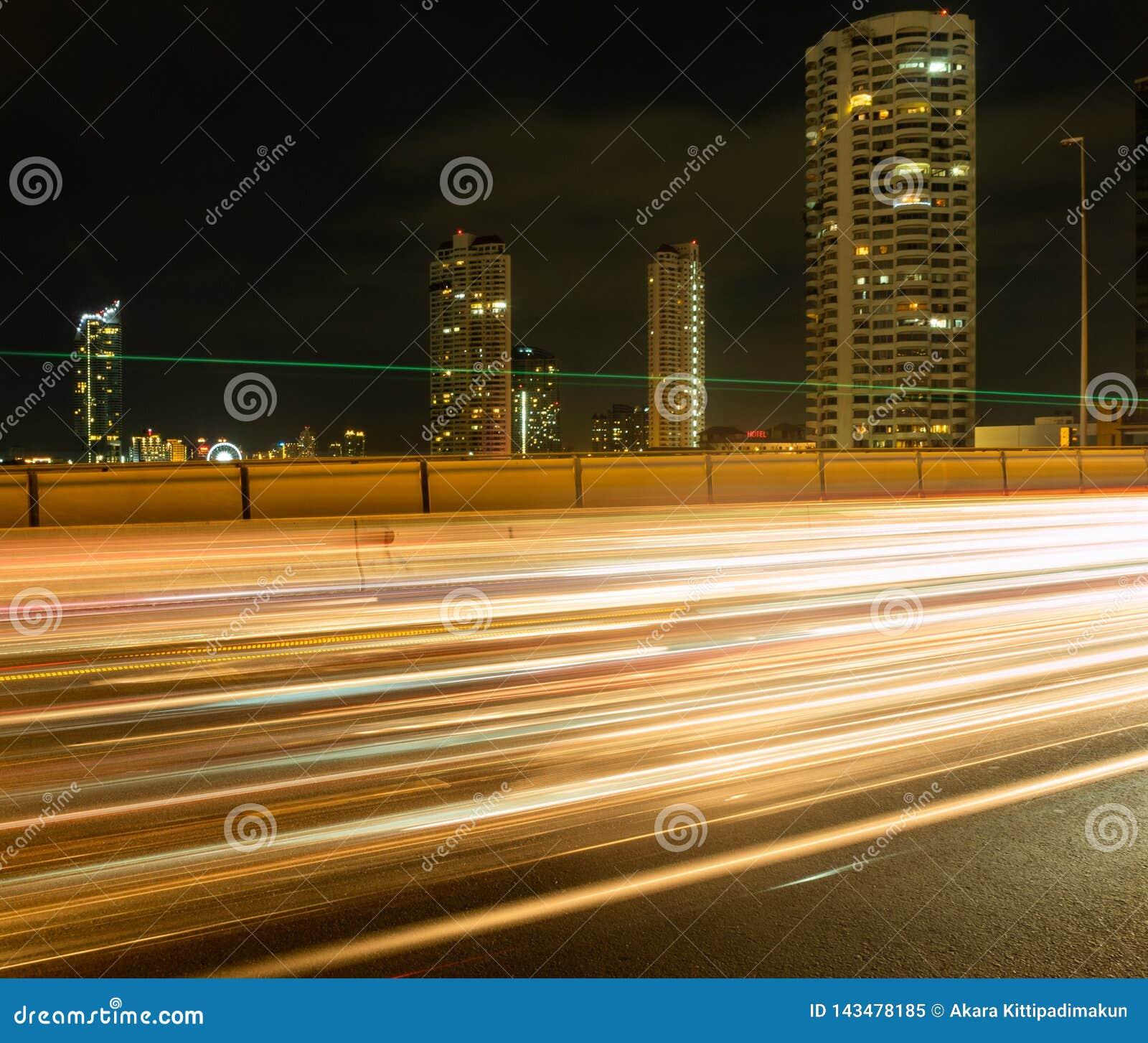 La exposición larga del coche se enciende en el puente
