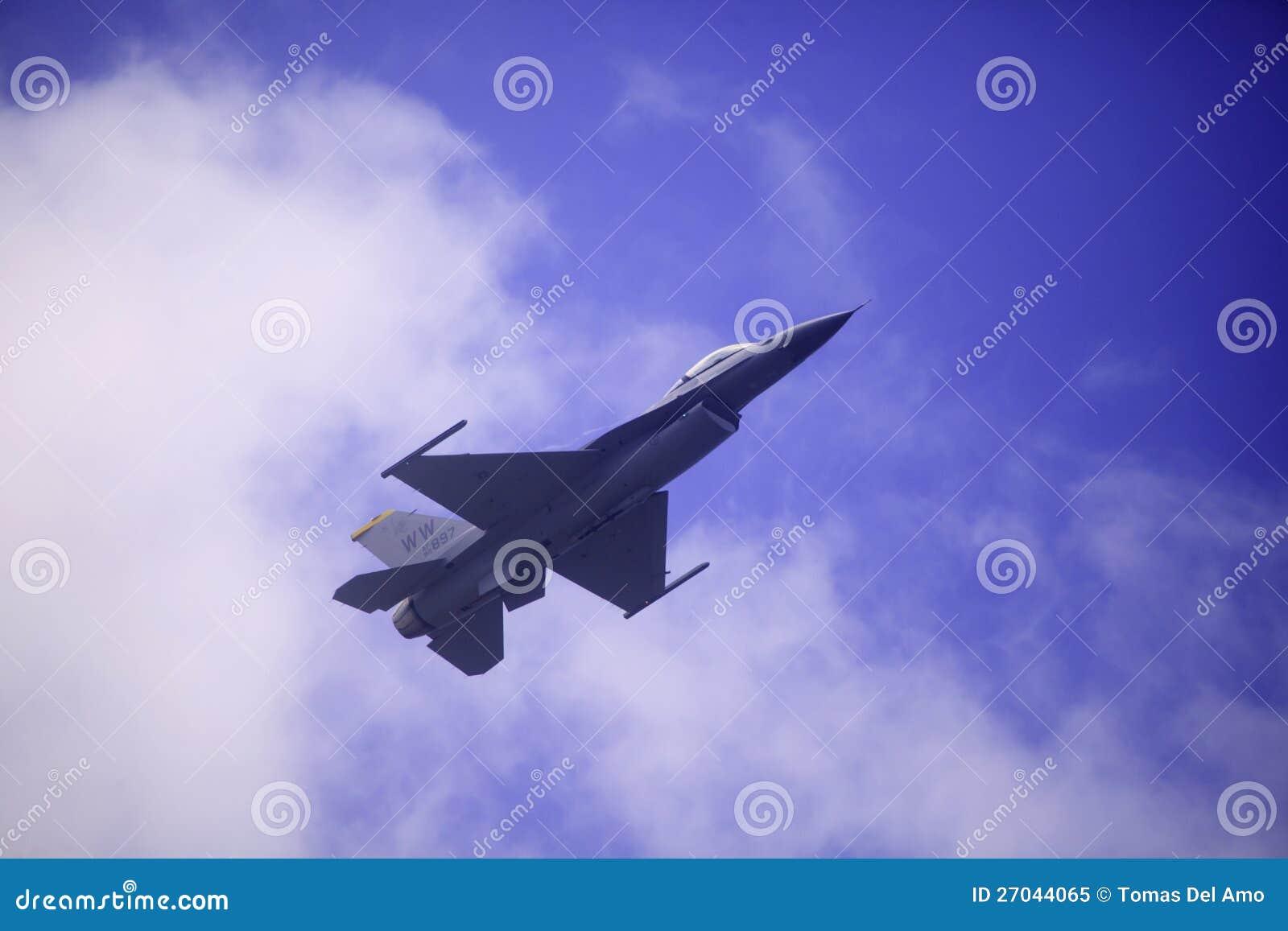 La F 16 vola al airshow della baia di Kaneohe