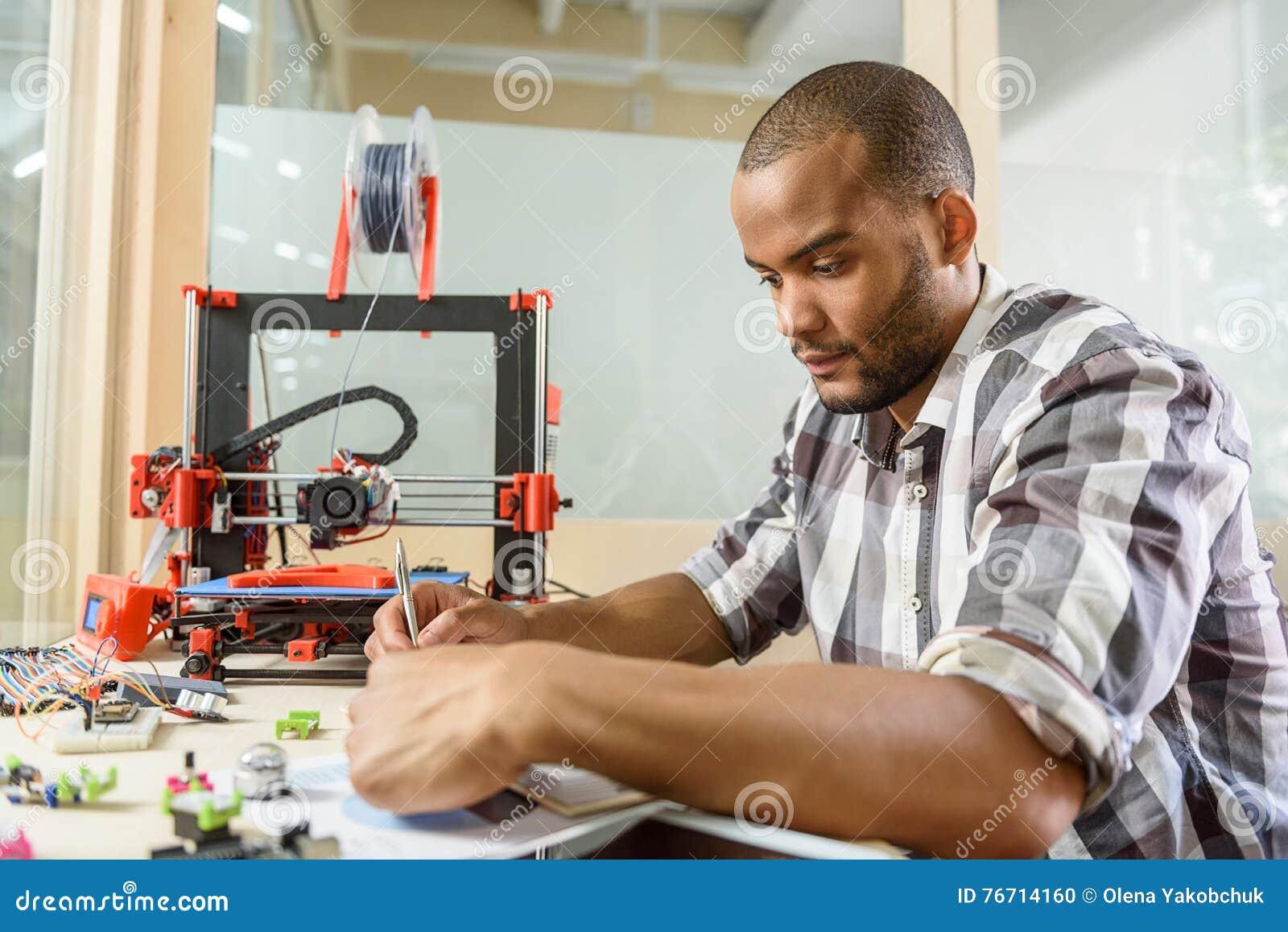 7760760d0781 La Fabricación Masculina Experta Del Ingeniero Observó Sobre La ...