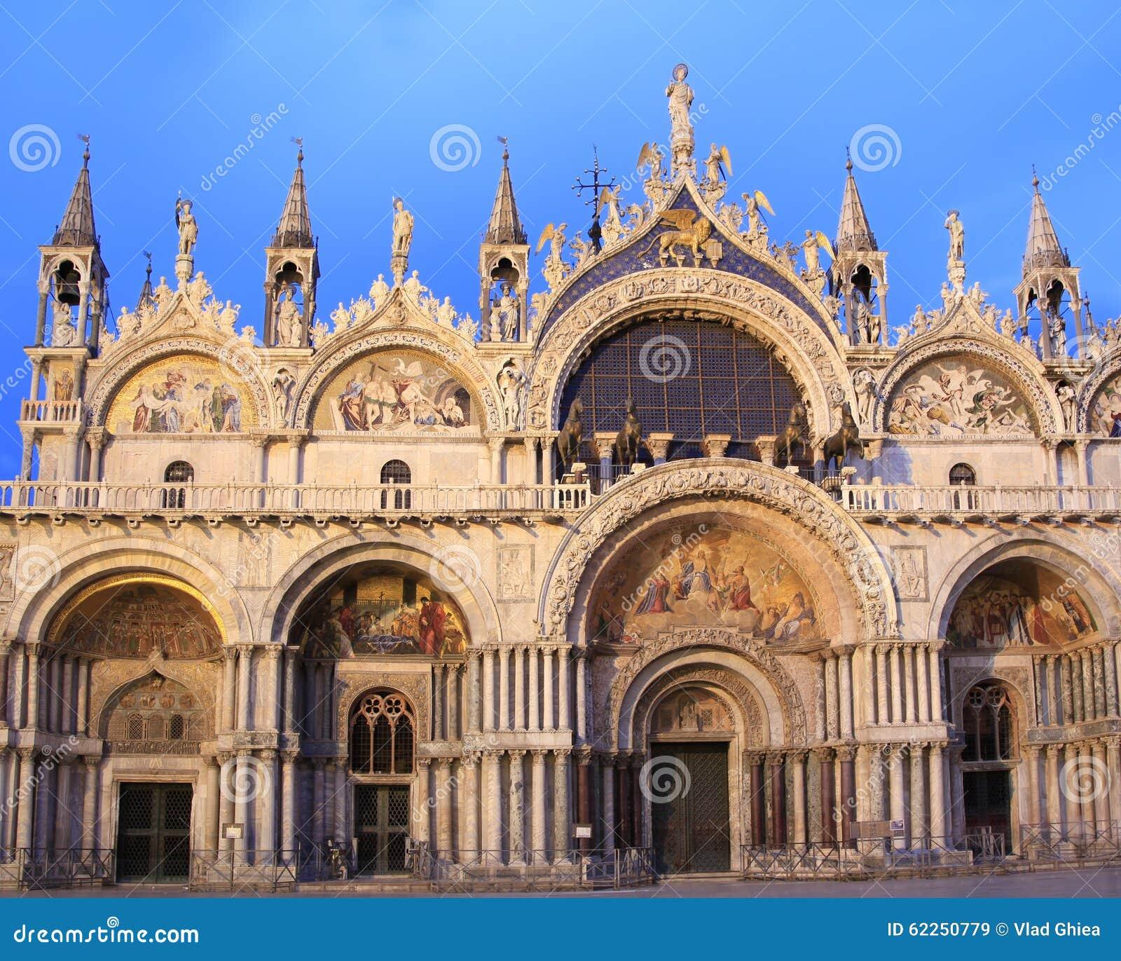 La facciata della basilica di san marco al crepuscolo for Esterno basilica di san marco