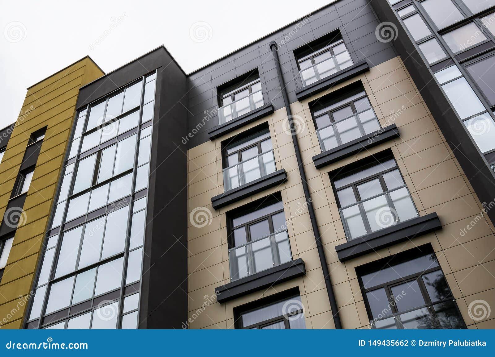 La fachada de la opinión inferior del edificio moderno