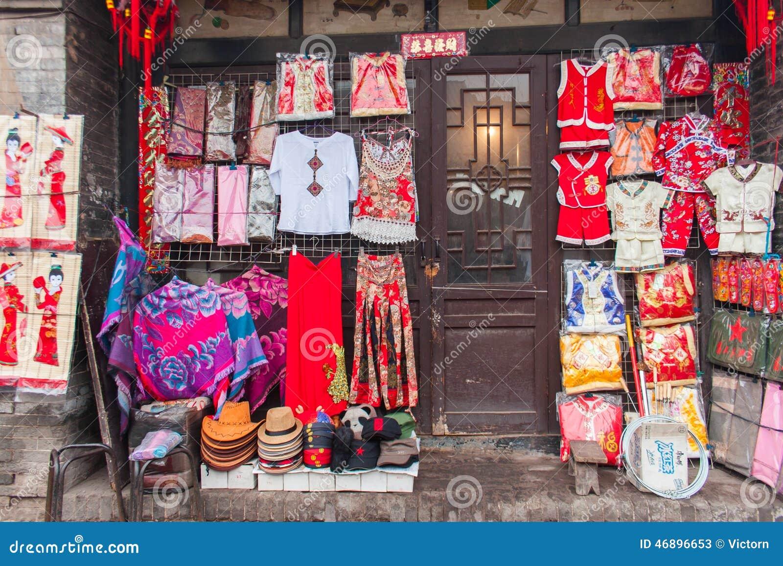 La fachada de una tienda de ropa tradicional china en una for Fachada tradicional