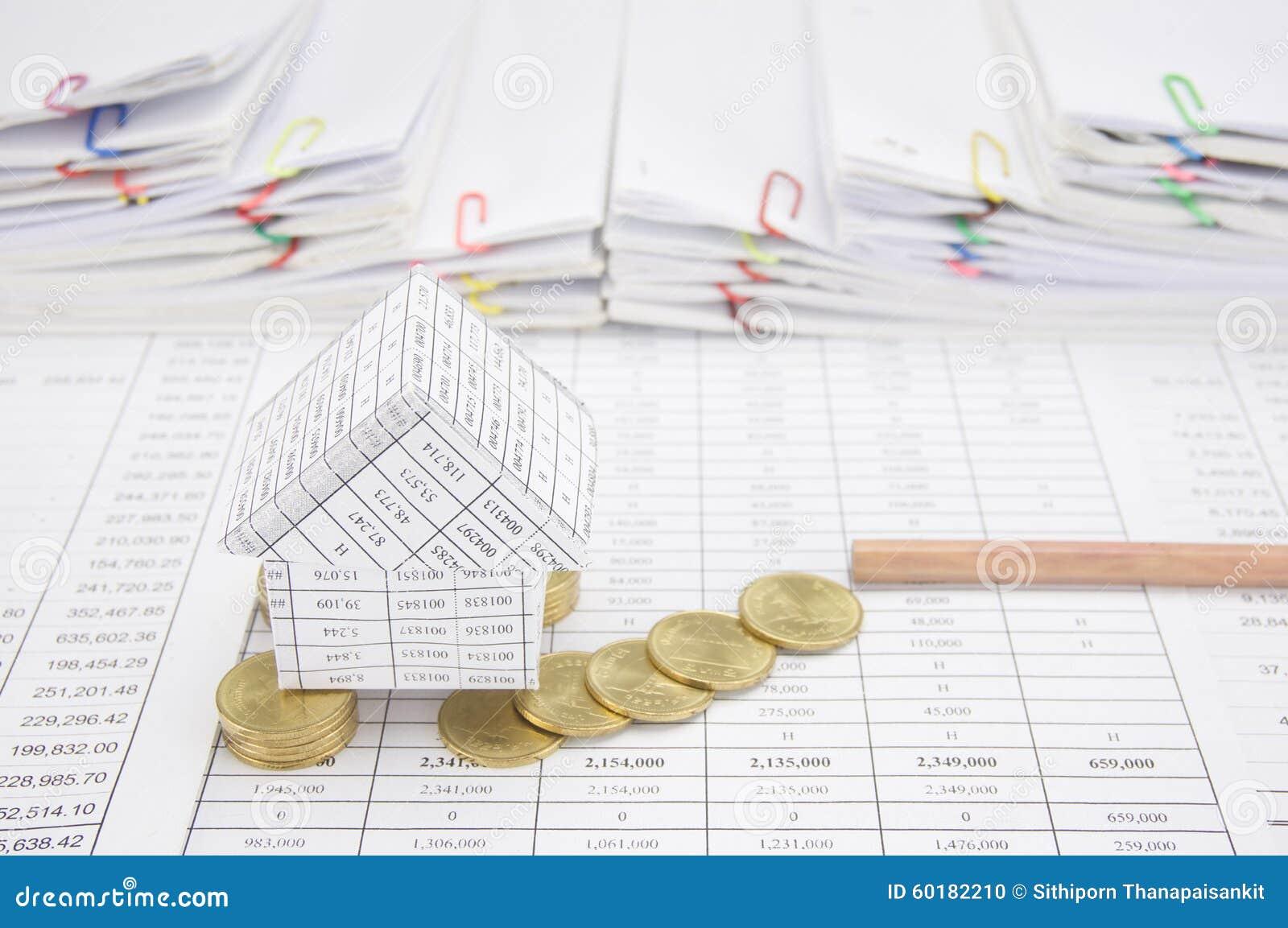 la faillite de la maison avec des pièces de monnaie tombent pour