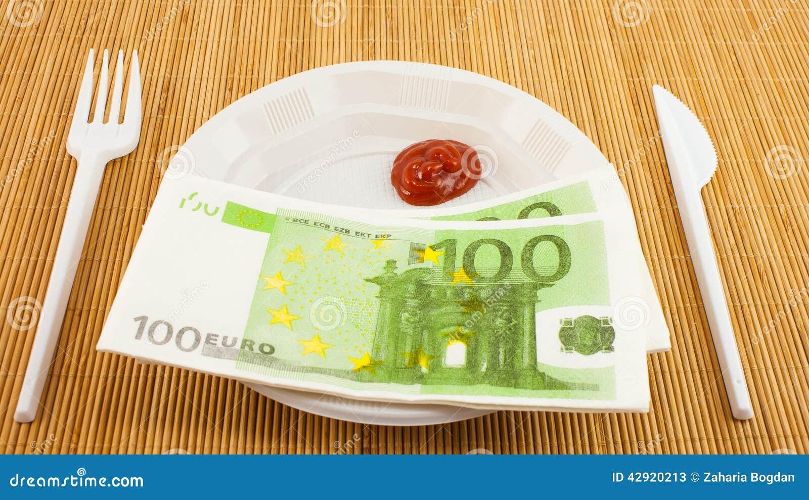 La fame per soldi, 100 tovaglioli degli euro, ketchup, la forcella di plastica ed il coltello