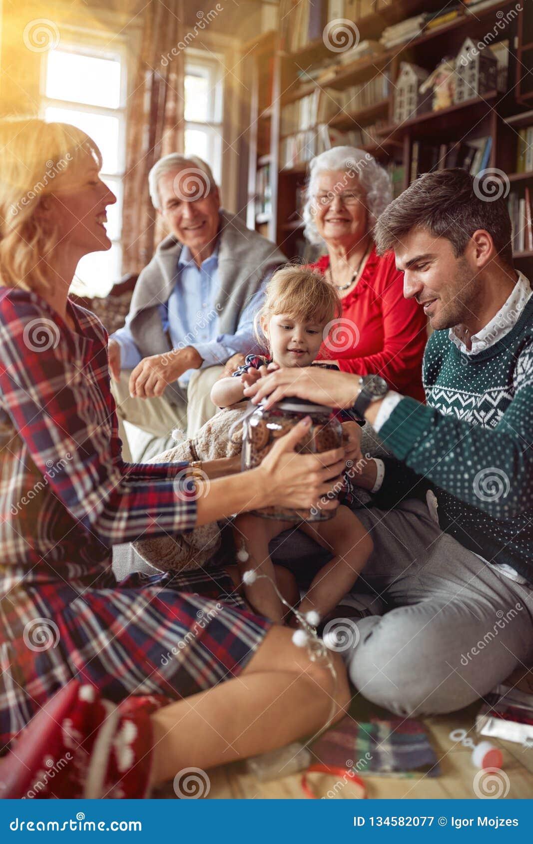 La famiglia allegra celebra una festa di Natale