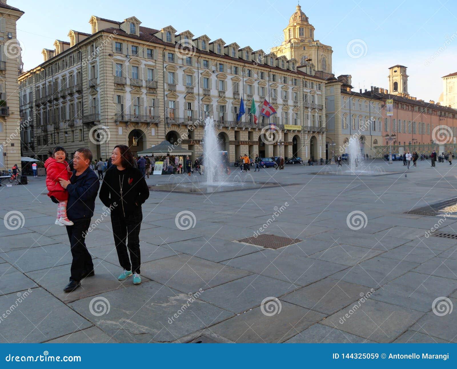 La famiglia cinese dei turisti visita il centro urbano